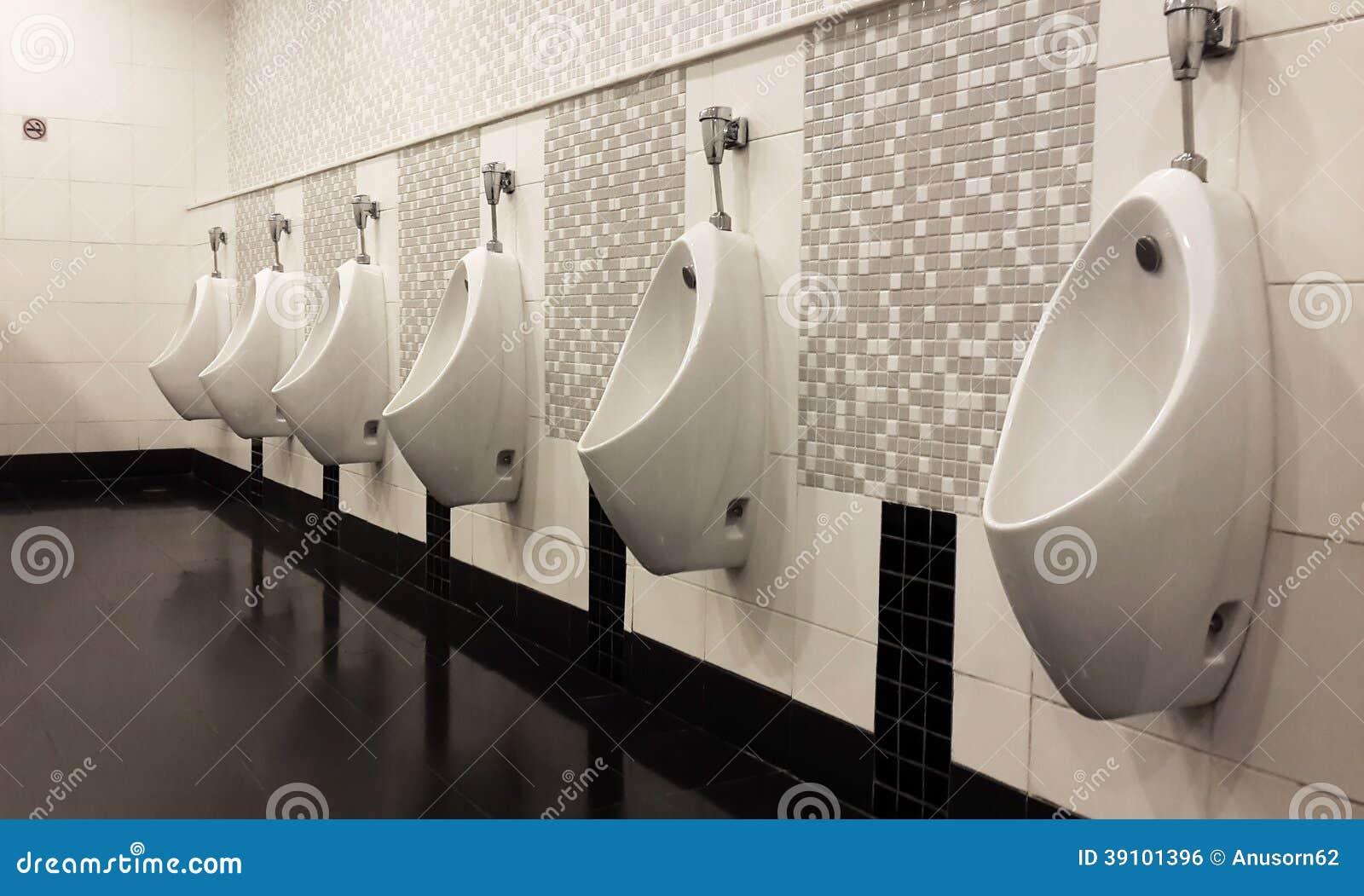 Een rij van urinoirs in betegelde muur