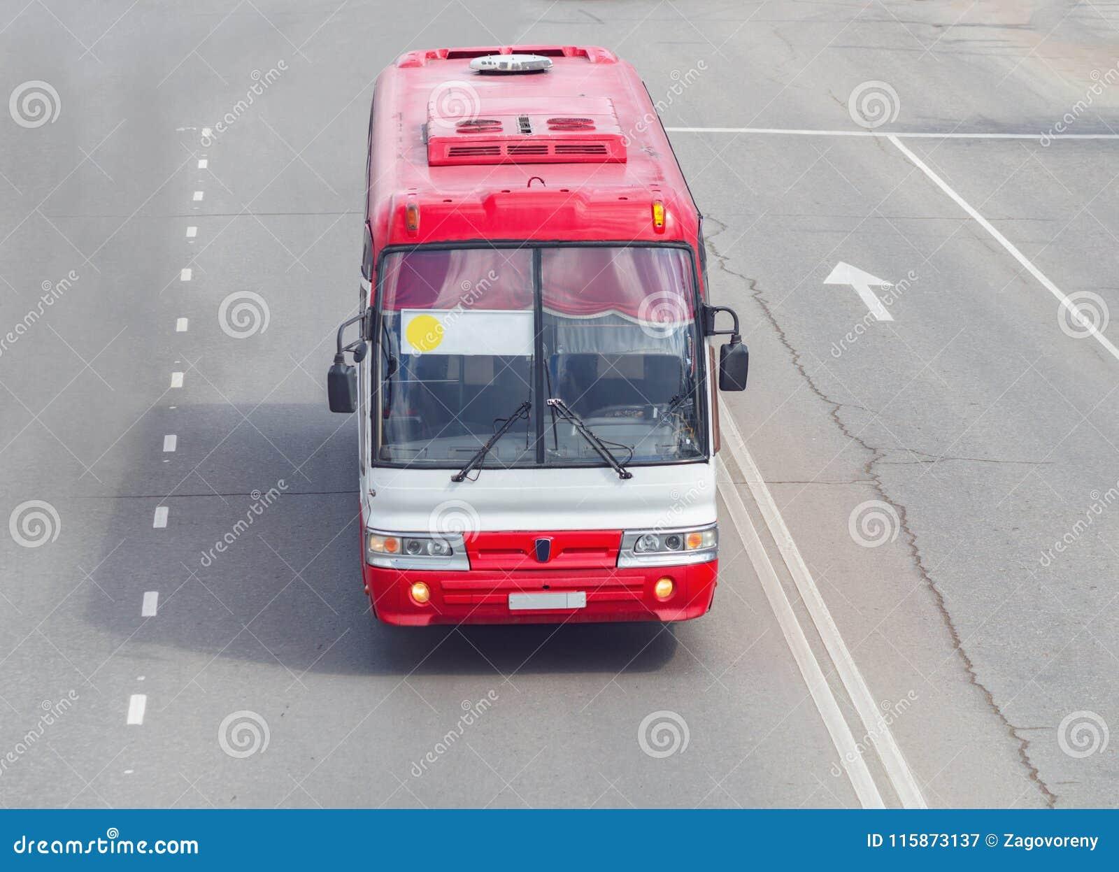 Een rode buslooppas langs de weg