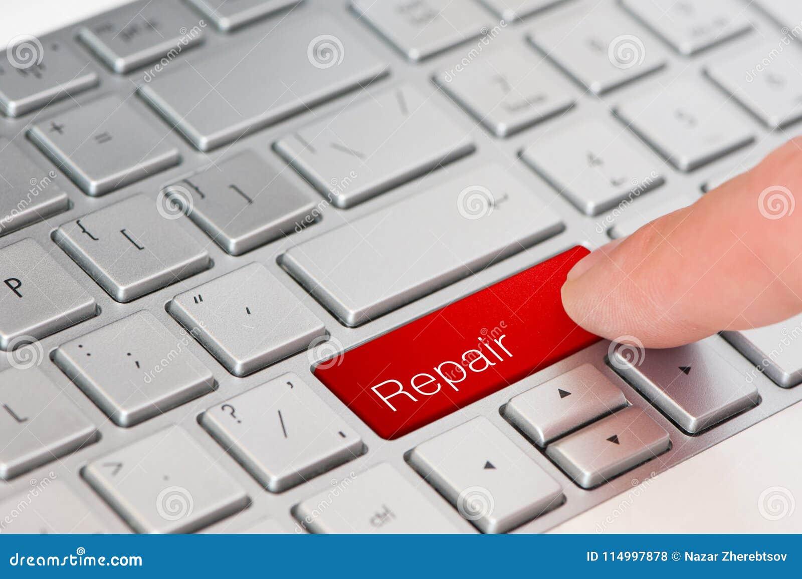 Een rode de Reparatieknoop van de vingerpers op laptop toetsenbord