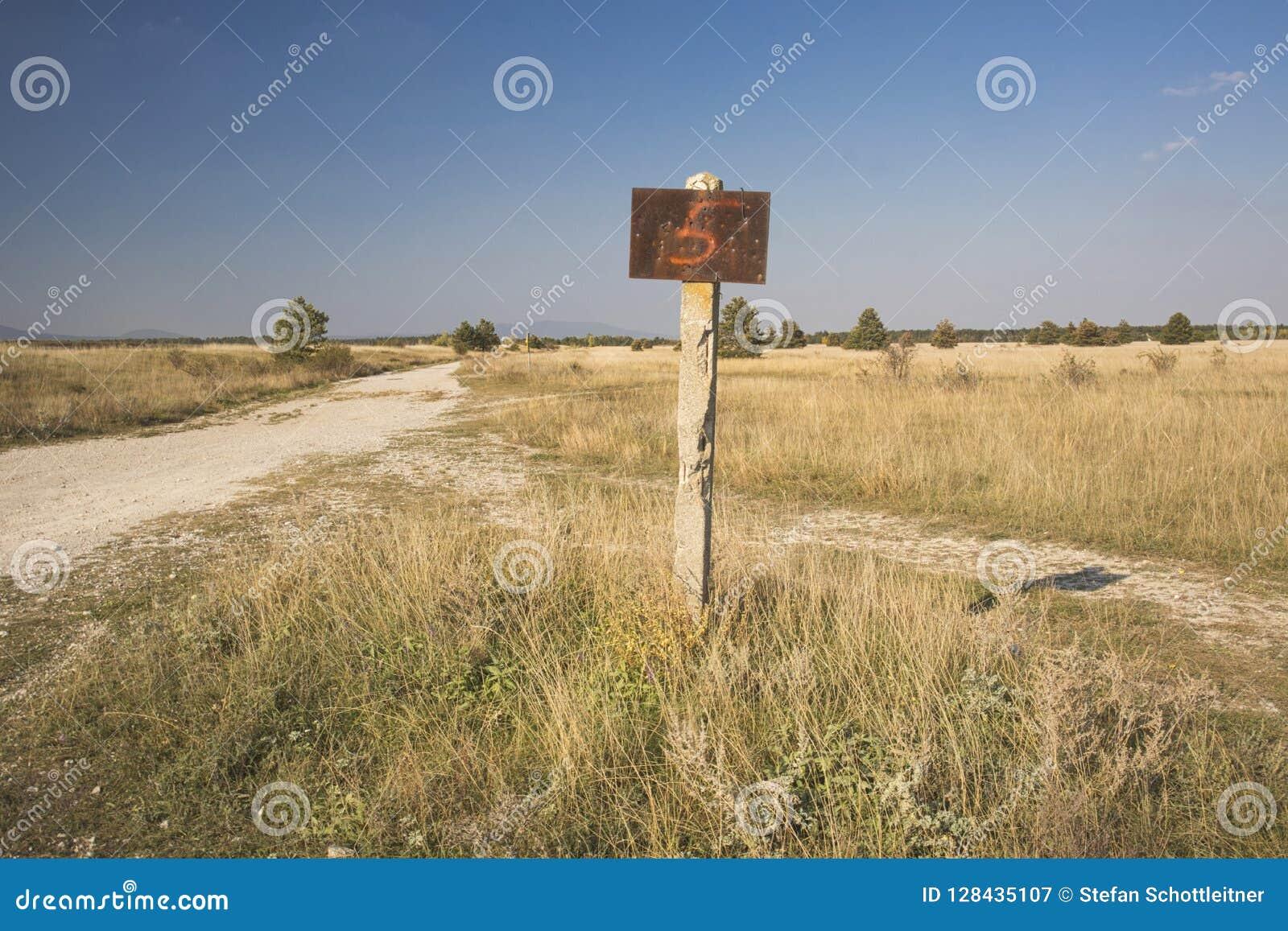 Een roestig teken op een eenzaam gebied