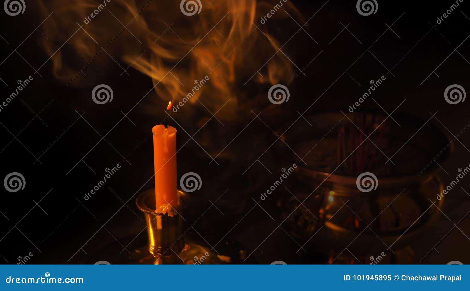 Een rook van kaars met de achtergrond van Boedha vaas toe