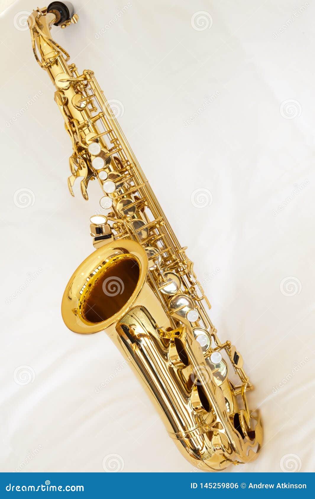 Een saxofoon van de messingsalt op witte achtergrond met parelsleutels