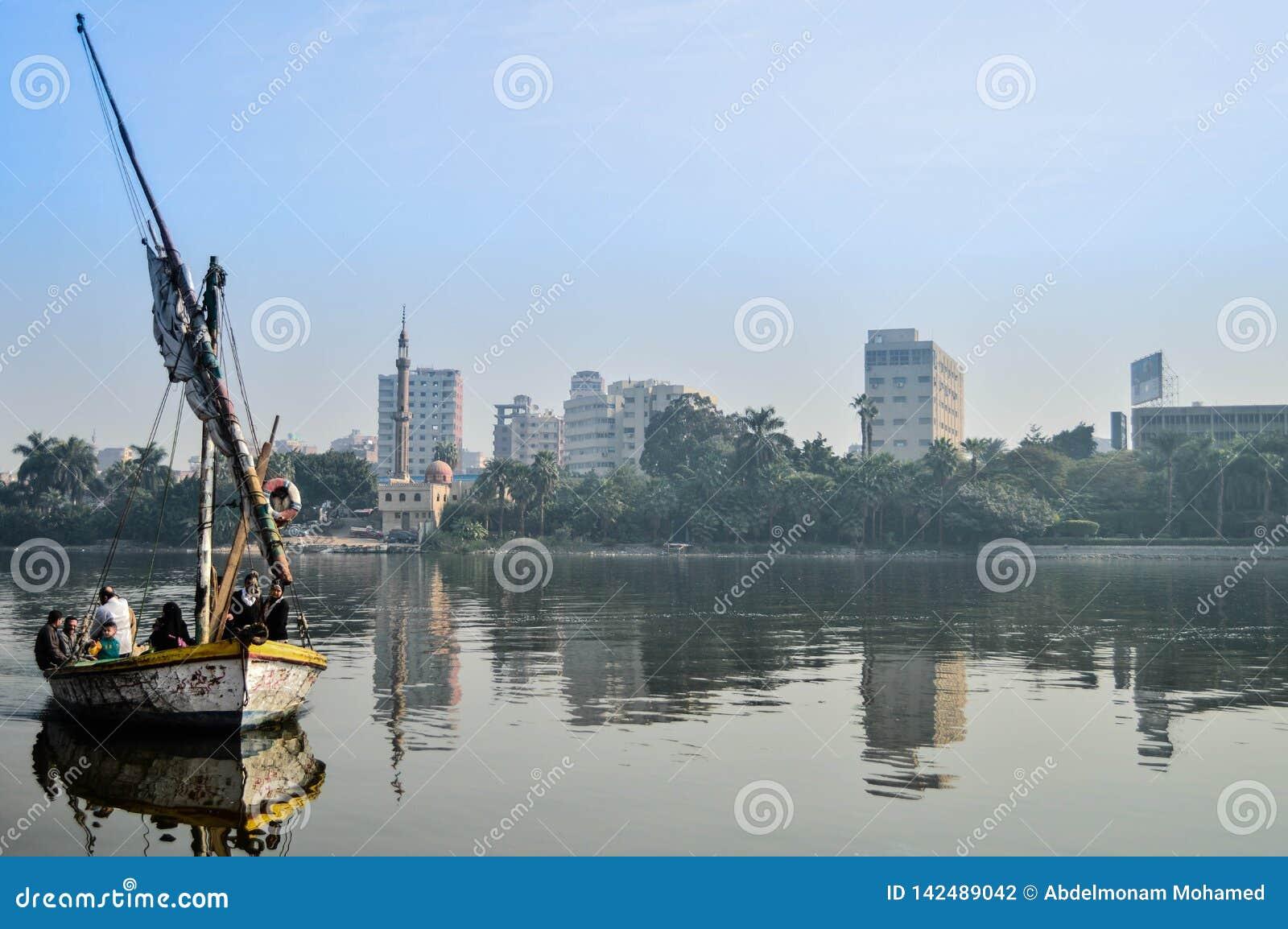 Een schip in de Nijl door mensen