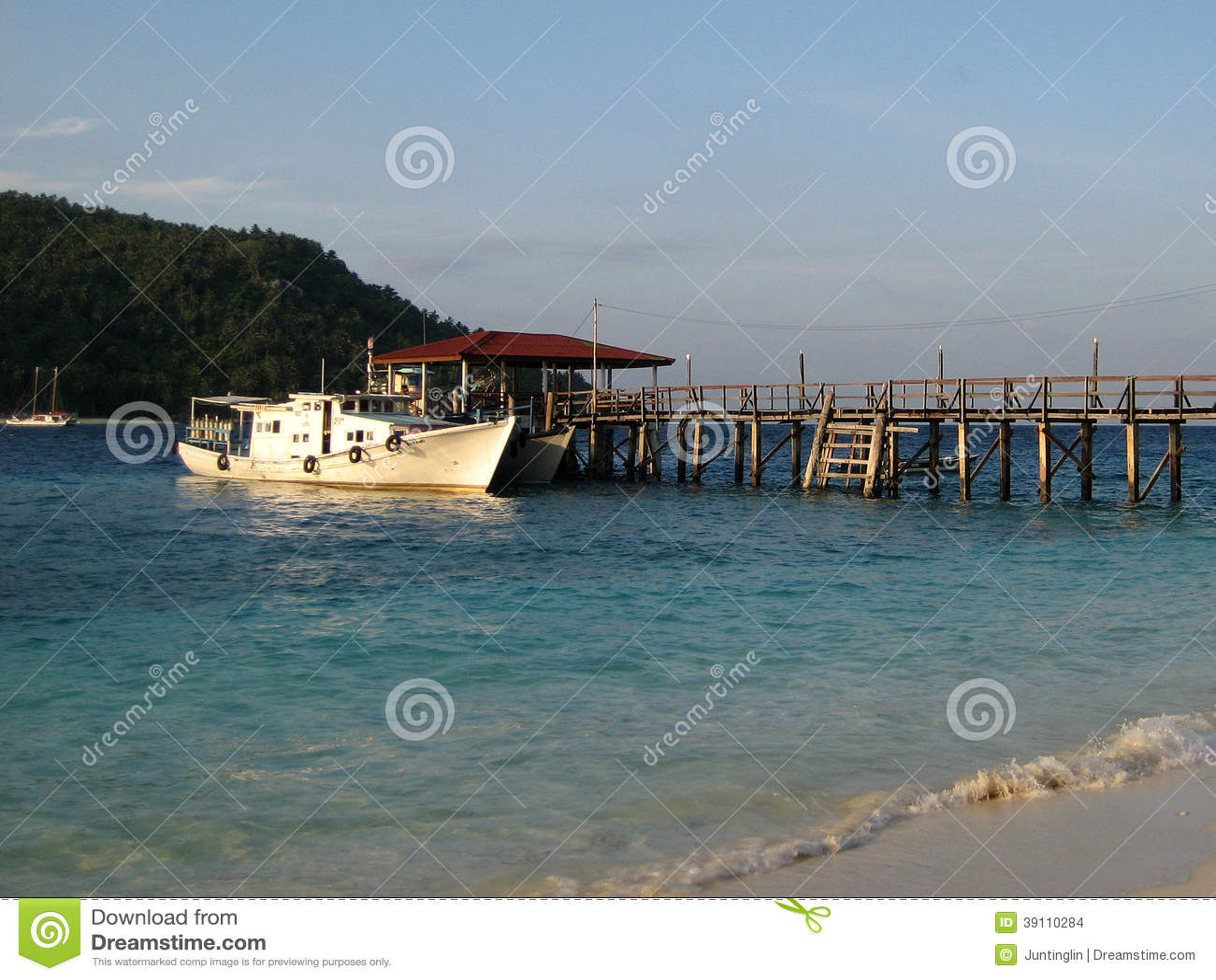 Een Schip die bij een Pier dokken