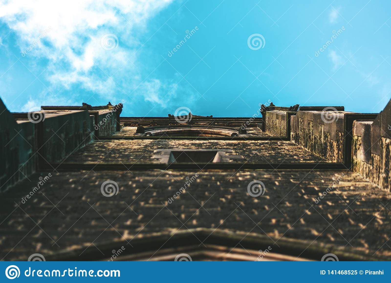 Een schot van een kerkmuur die de hemel bekijken