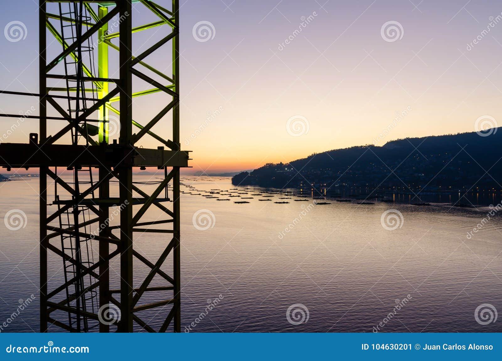 Download Een Sectie Van Een Torenkraan Met Het Overzees Als Achtergrond Tijdens De Zonsondergang Stock Afbeelding - Afbeelding bestaande uit vrede, ontwerp: 104630201