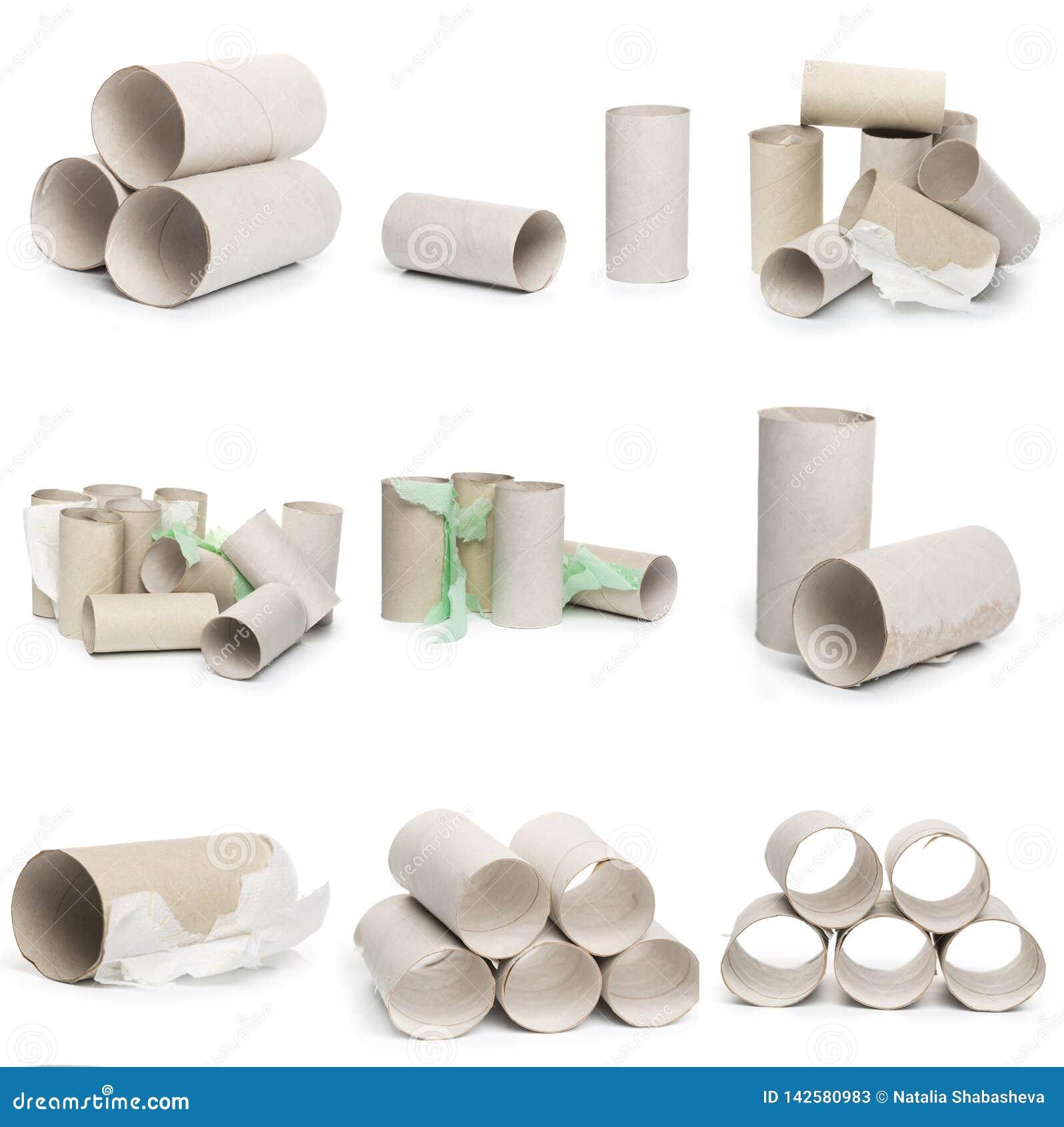 Een selectie van de buizen van het kartontoiletpapier in diverse regelingen op een witte achtergrond