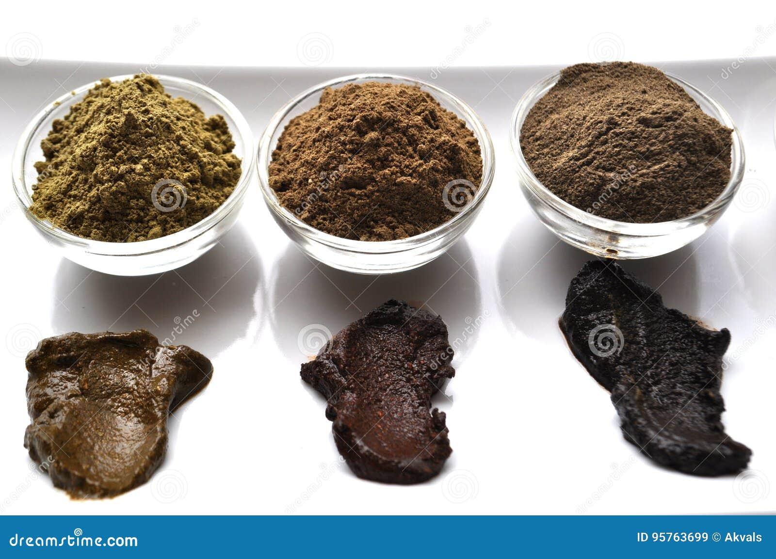 Een selectie van diverse natuurlijke henna & x28; Lawsonia inermis& x29; de kleurstoffen nat mengsel van de haarkleur op wit