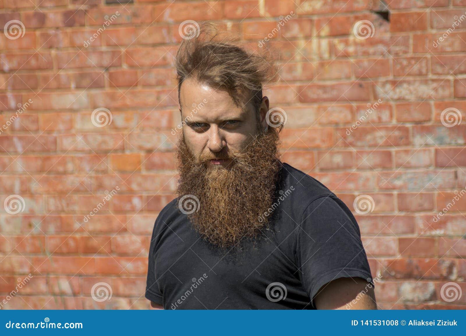 Een somber, onaardig portret van een mens met een baard