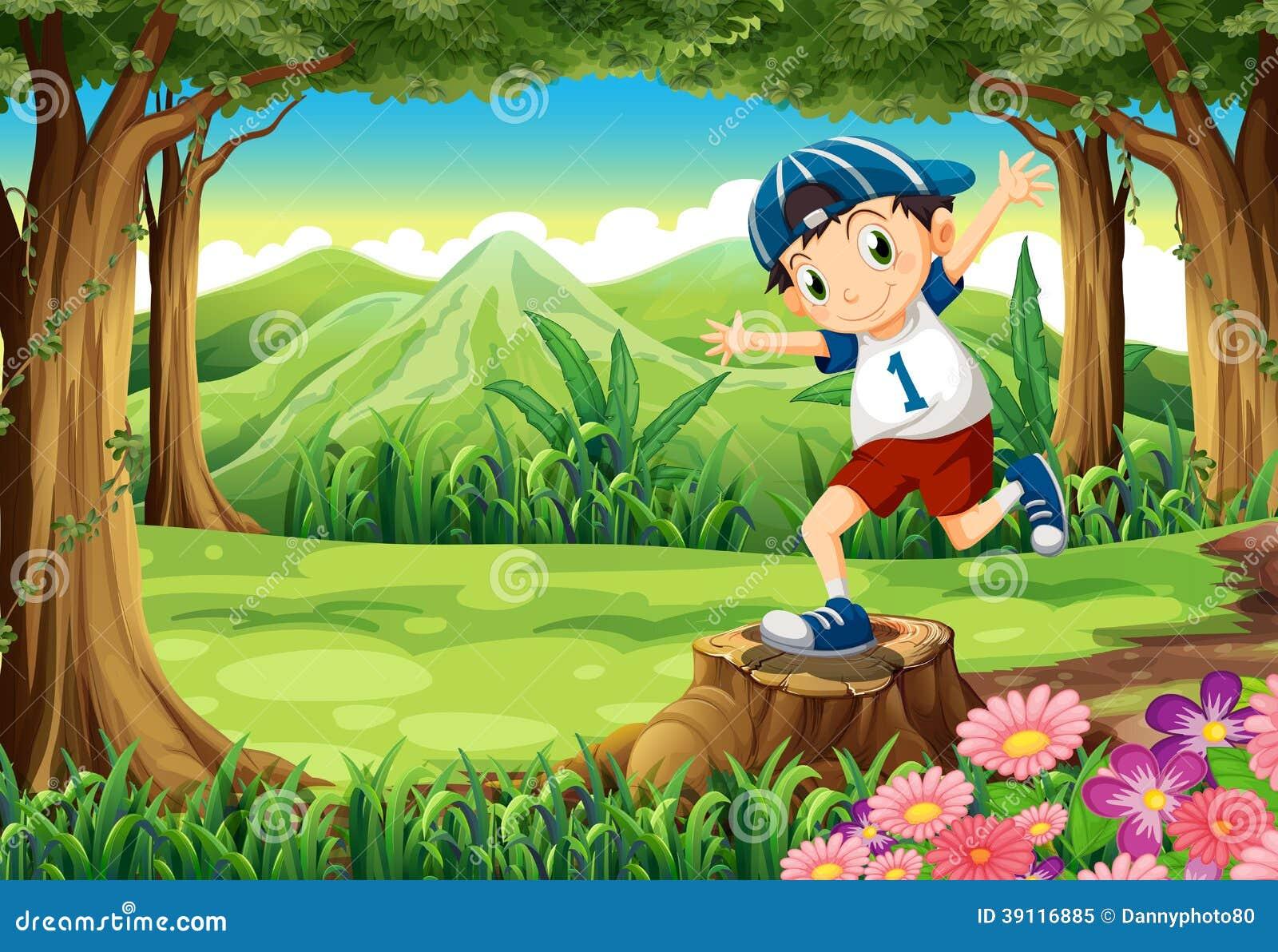 Een speelse jonge mens boven de stomp bij het bos