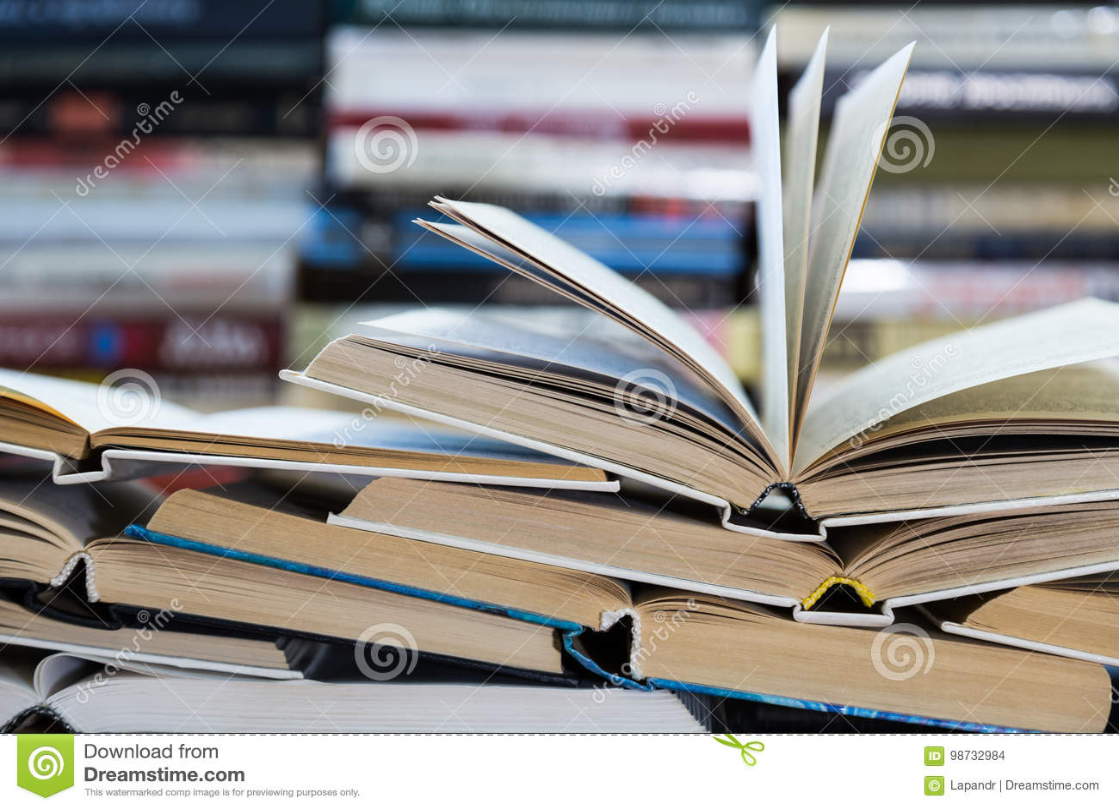 Een stapel boeken met kleurrijke dekking De bibliotheek of de boekhandel Boeken of handboeken Onderwijs en lezing