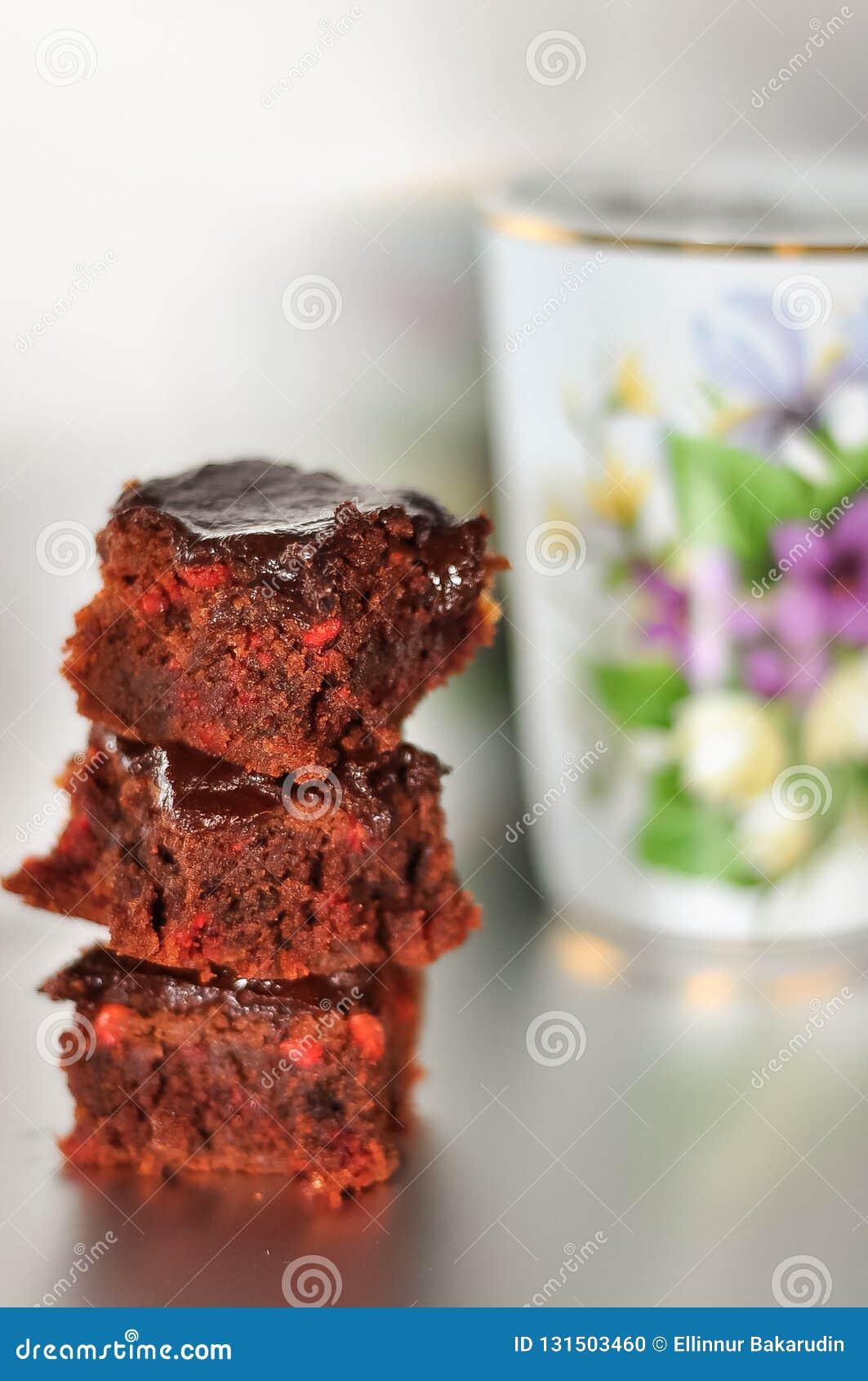 Een stapel van chocolade brownies op witte zilveren achtergrond wordt geïsoleerd die,