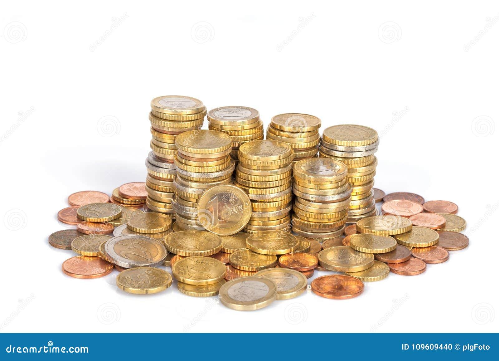 Een stapel van euro die muntstukken in kolommen worden en op wit worden geïsoleerd gestapeld die
