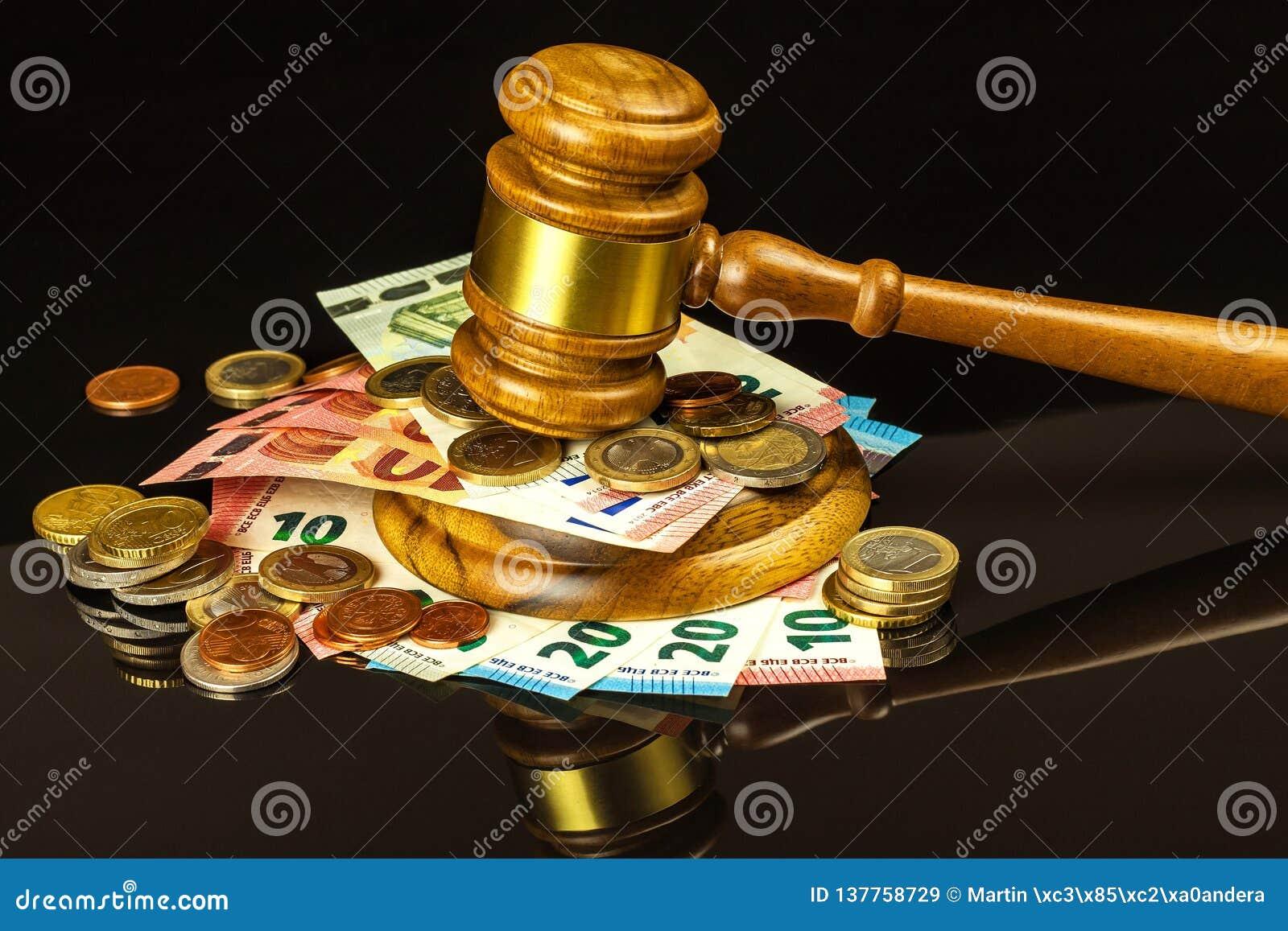 Een steekpenning voor het gerecht Corruptie in rechtvaardigheid Het beoordelen van hamer en euro bankbiljetten Oordeel voor geld