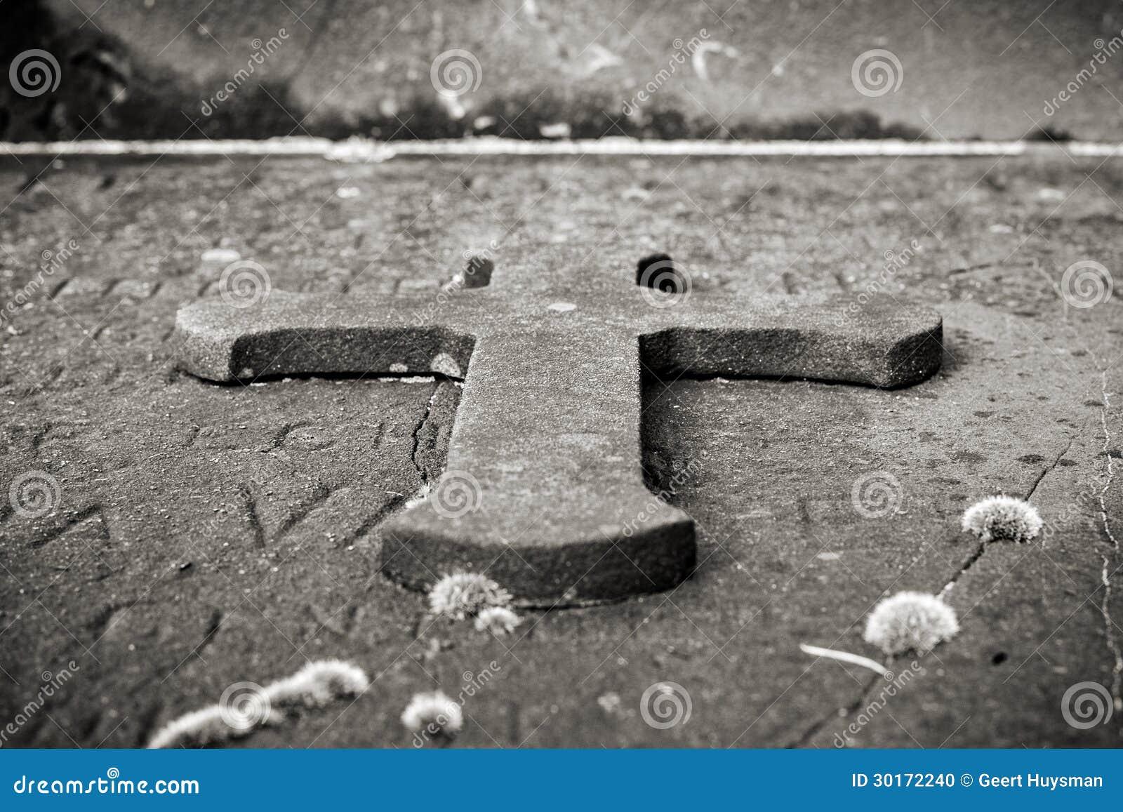 Het kruis van de steen op een graf