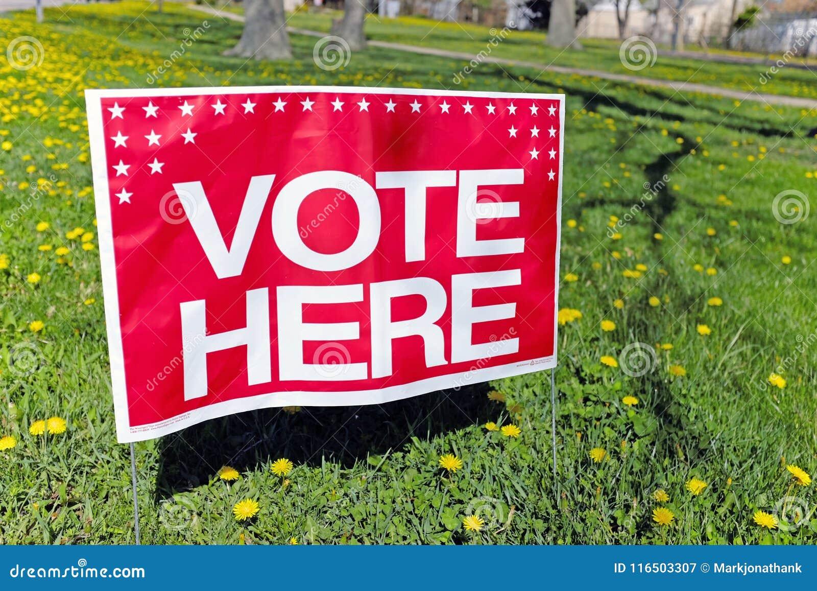 Een `-stem hier ` teken die op de plaats van een opiniepeilingspost wijzen in Willowick, Ohio, de V.S. tijdens de primay verkiezi