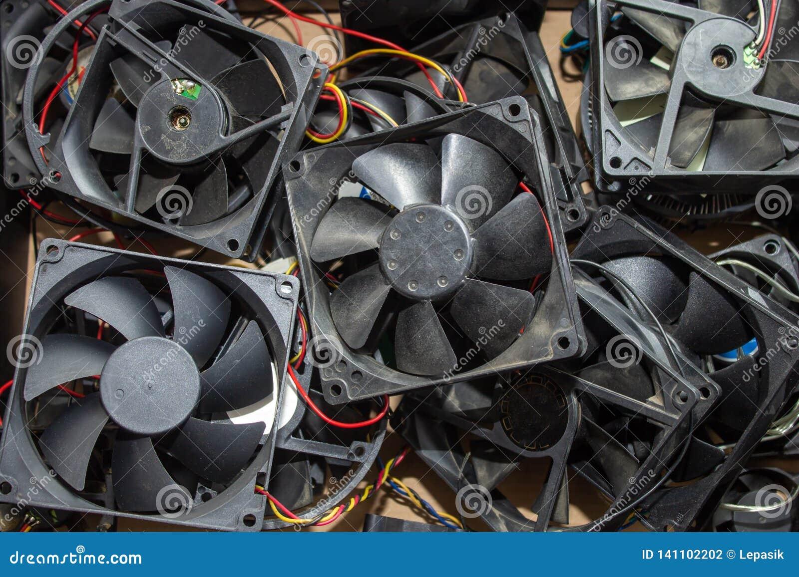 Een stortplaats van computertroep, een bos van koelers van de computer, gebroken ventilators van de bewerker