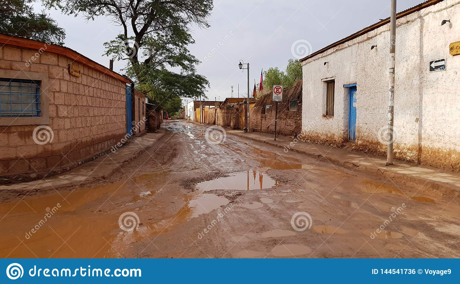 Een straat in San Pedro de Atacama na een zware regen, Chili