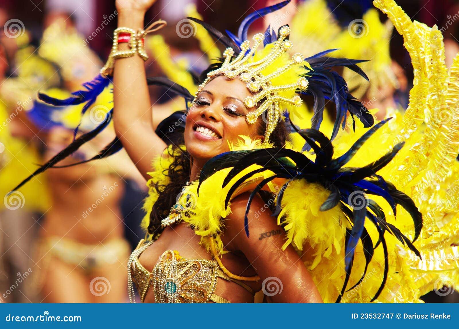 Een straatdanser bij de Heuvel Carnaval van Londen Notting