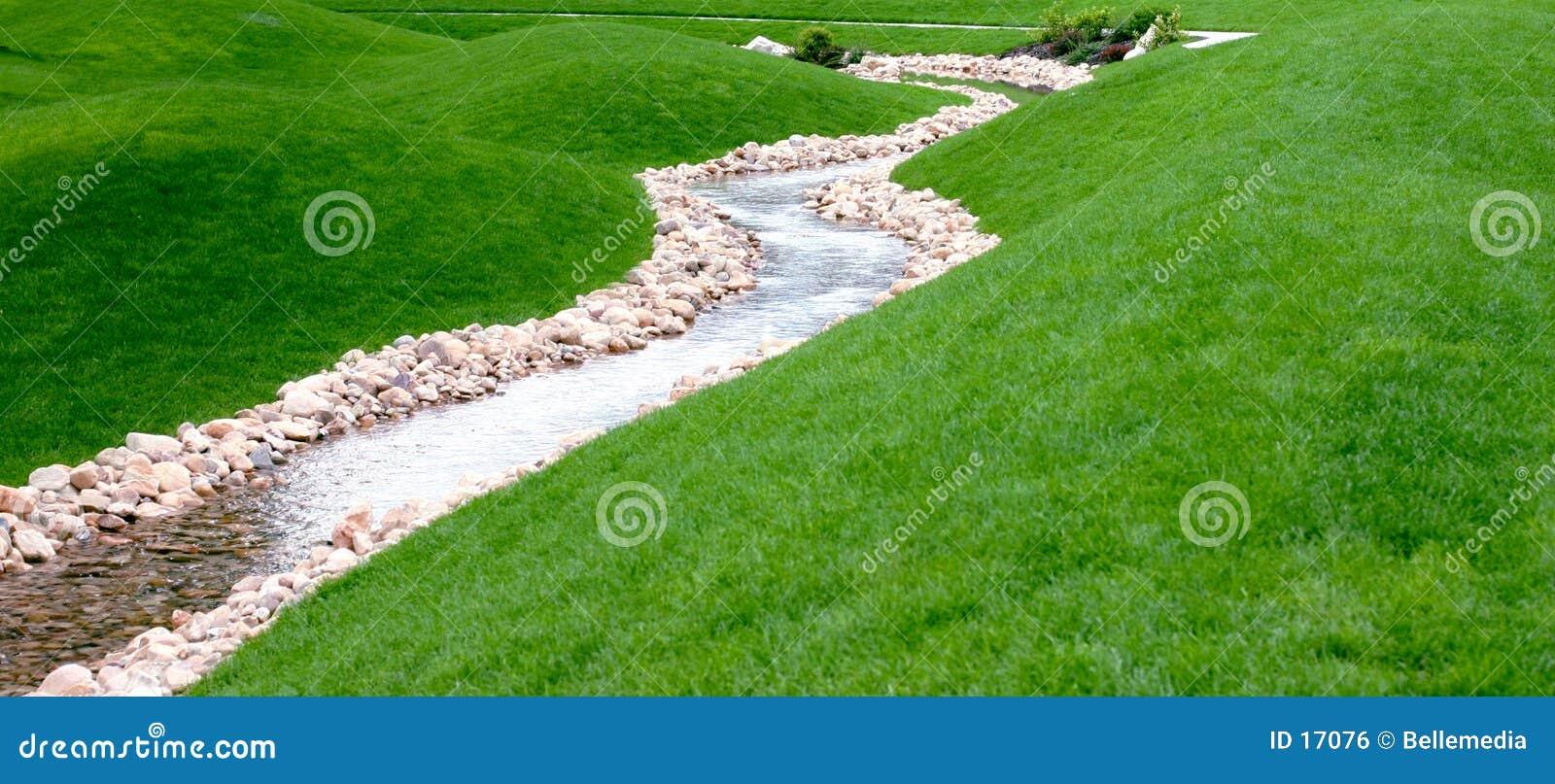 Een stroom en een park