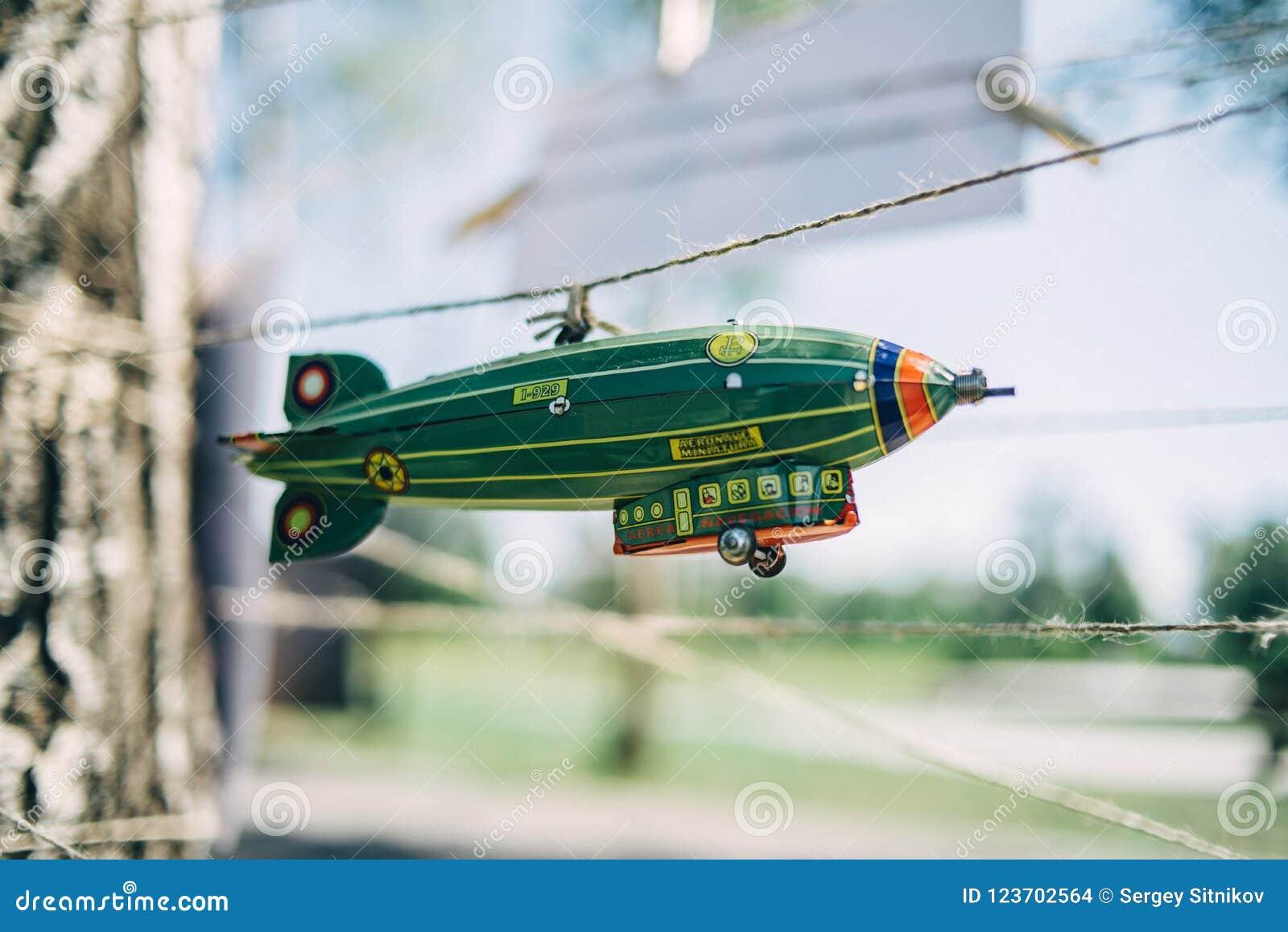Een stuk speelgoed luchtschip hangt op een koord