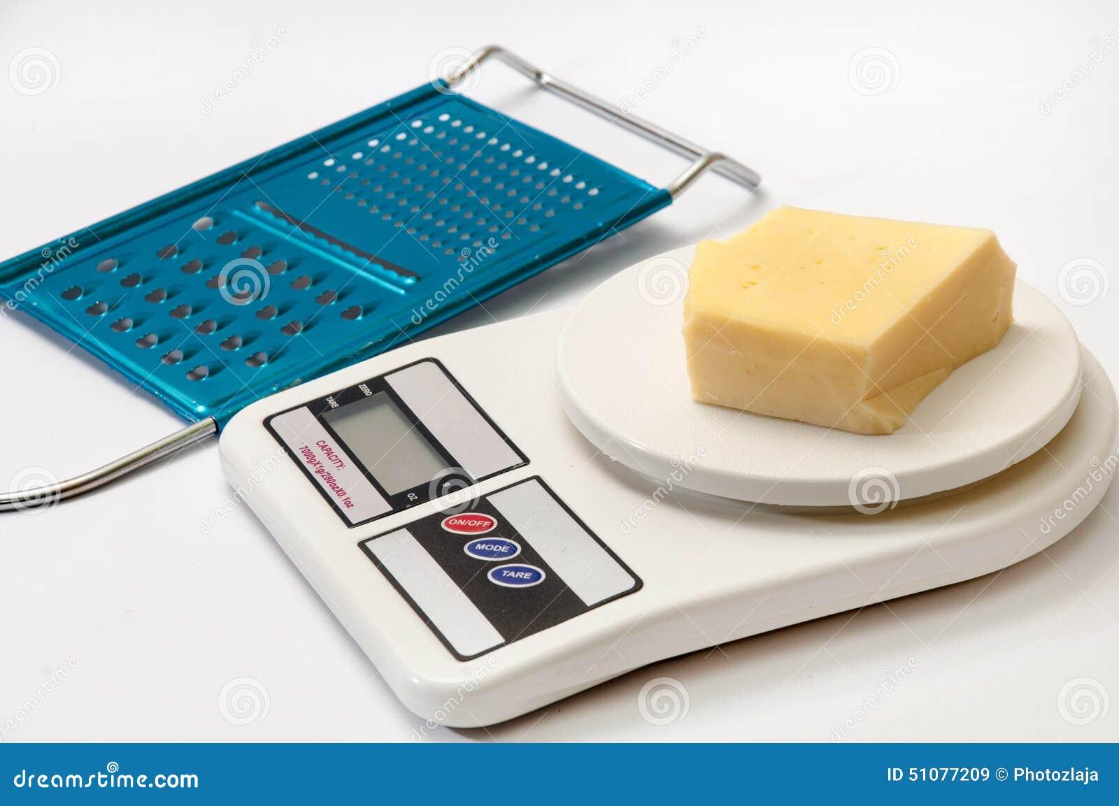 Een Stuk Van Gele Kaas Op Keuken Digitale Schaal Met Rasp Stock ...