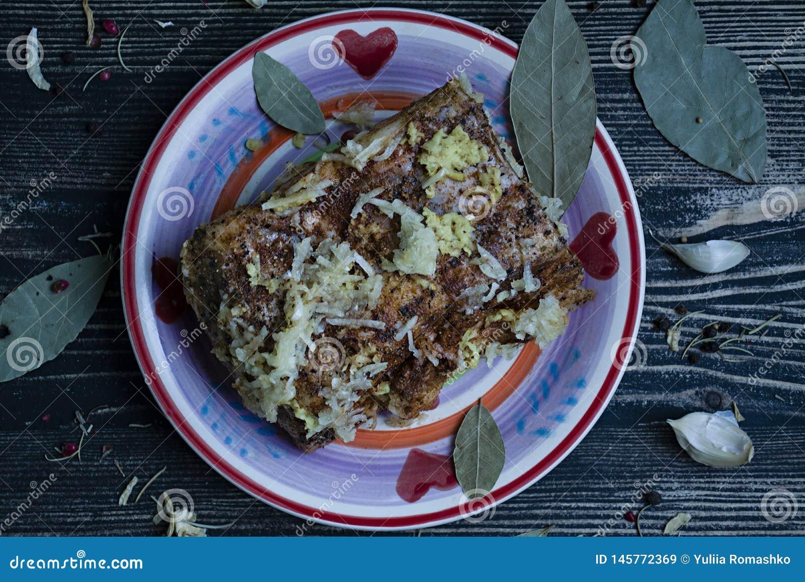 Een stuk van gezouten bacon met kruiden Traditionele Oekra?ense snack De stijl van het land
