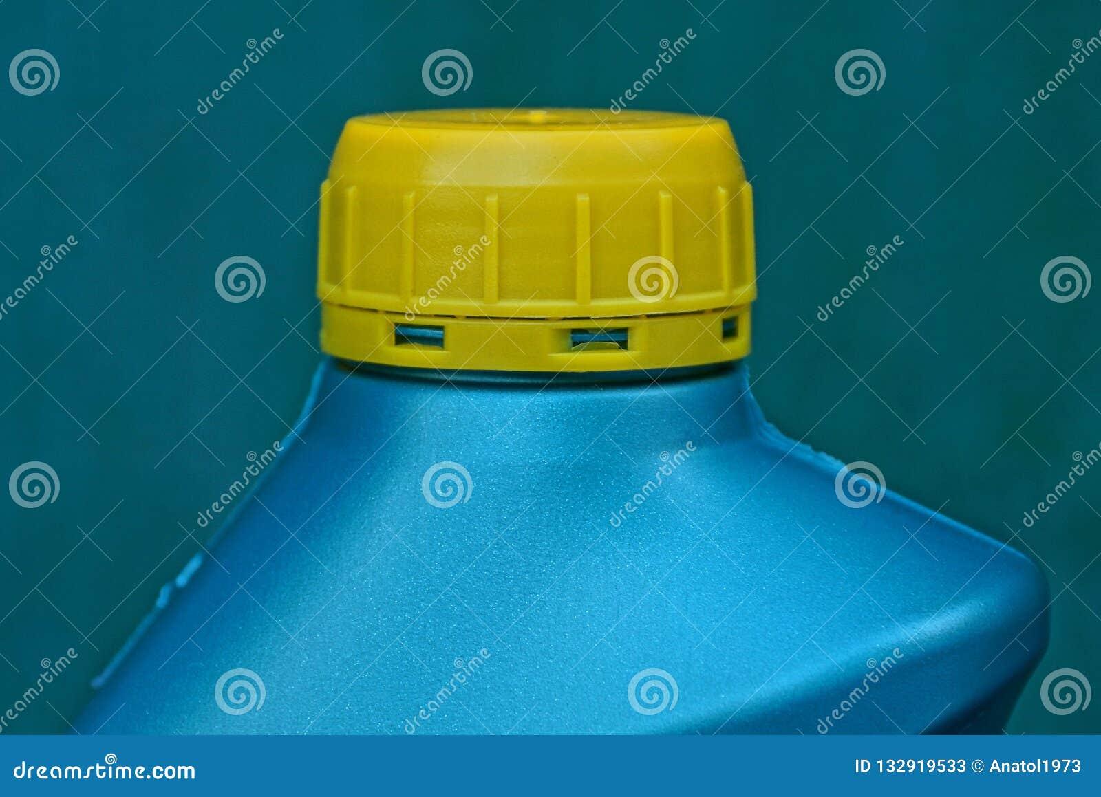 Een stuk van groene plastic fles sloot met een gele kurk met smeermiddel