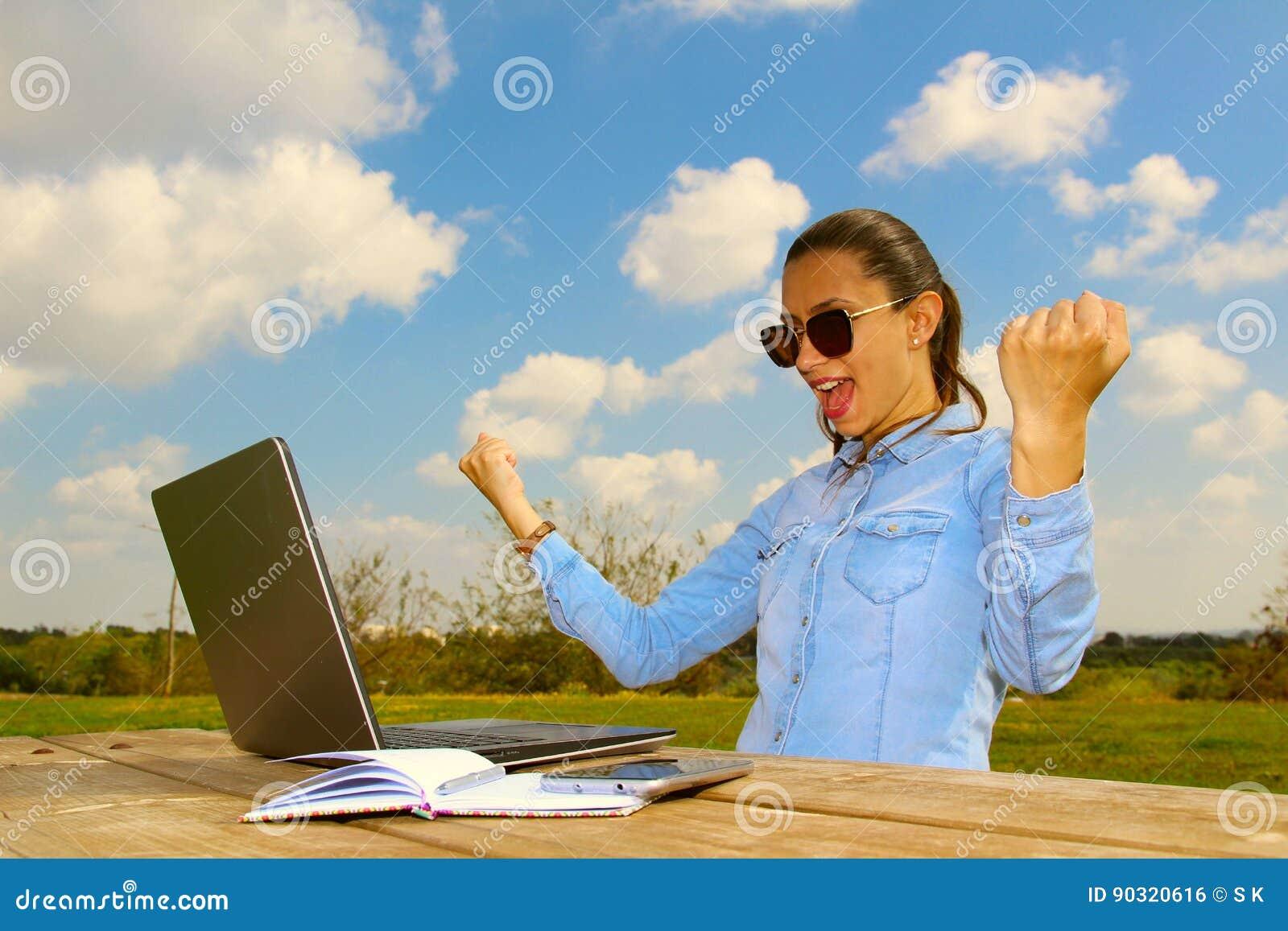 Een succesvolle werkende vrouw met laptop