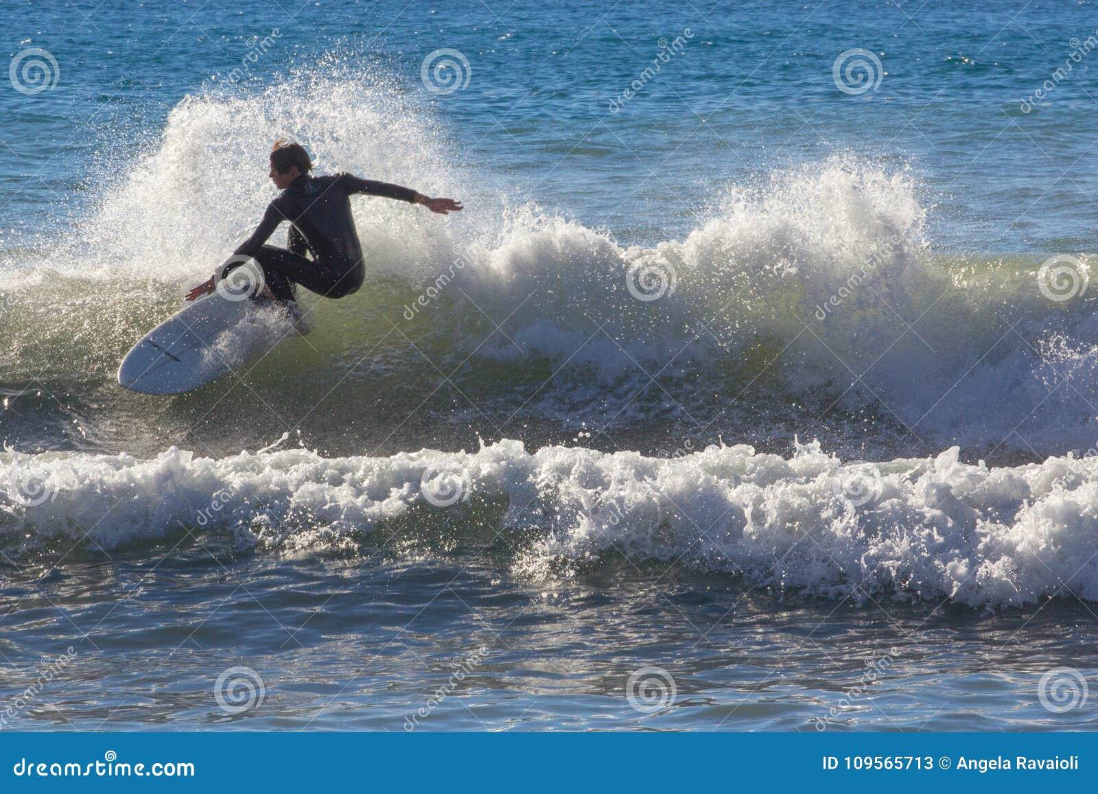 Een surfer neemt een golf