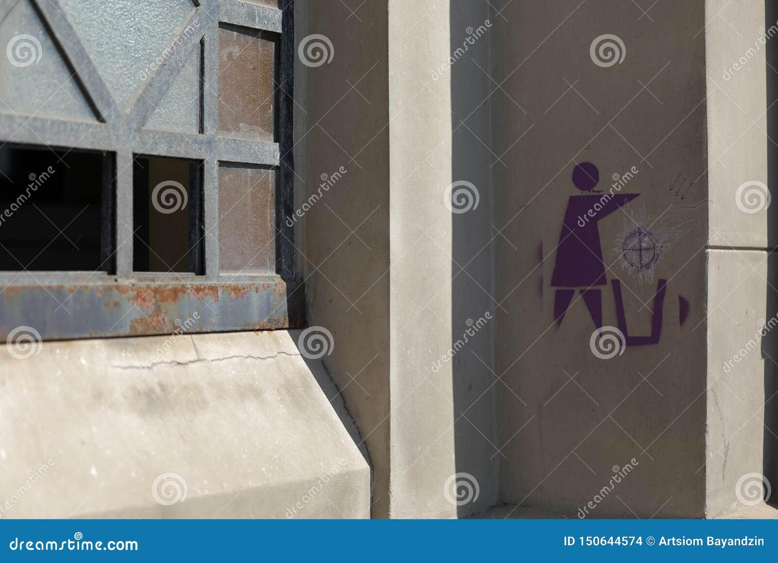 Een teken van recyclerende vrouw op de muur