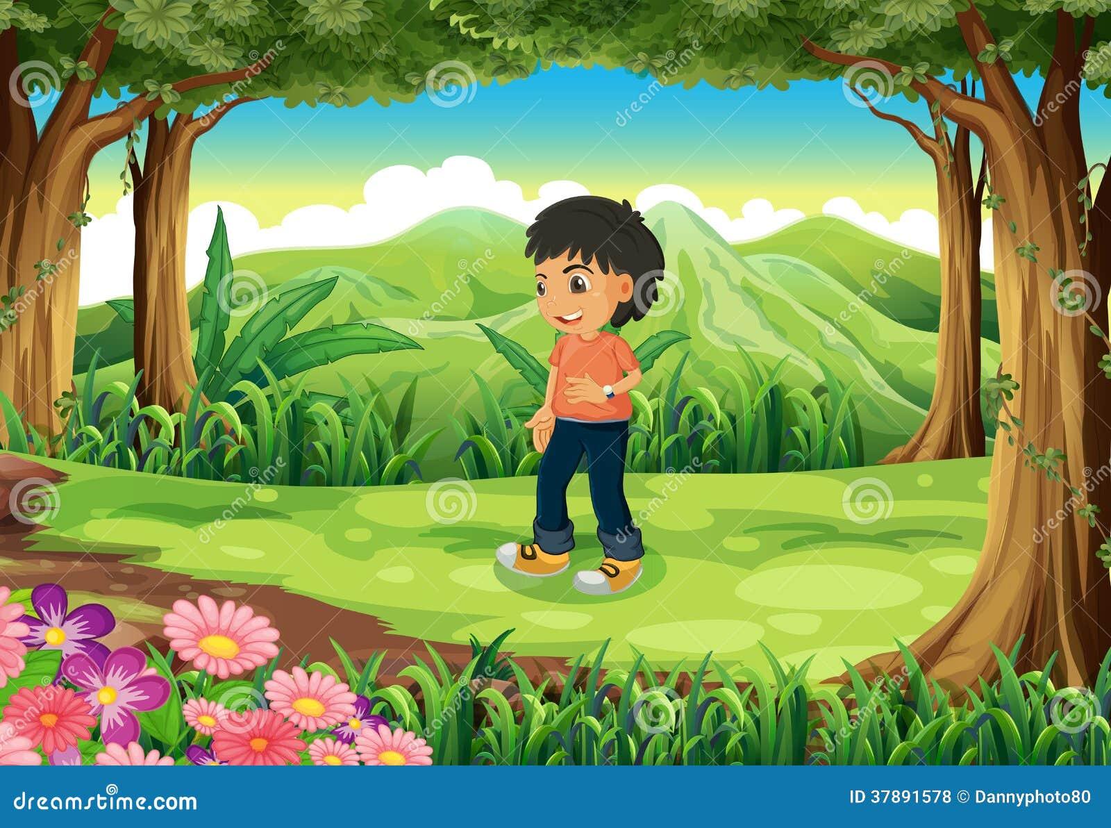 Een tiener in het midden van het bos