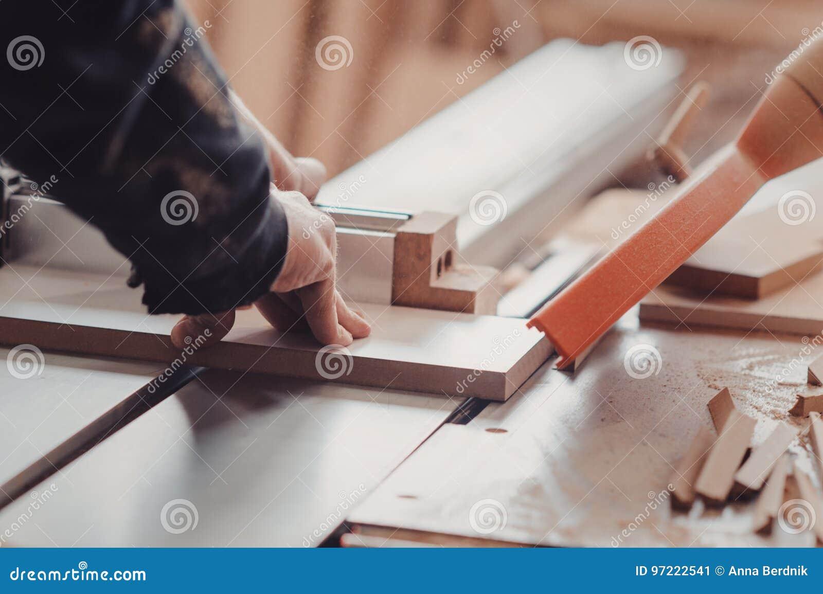 Een timmerman werkt bij de houtbewerking de werktuigmachine Timmerman die aan houtbewerkingsmachines werken in timmerwerkwinkel