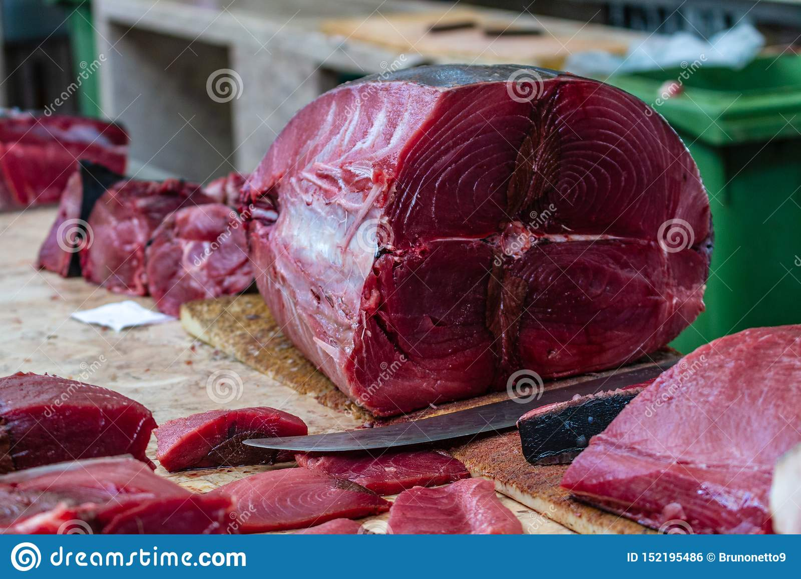 Een tonijn en besnoeiing die bij een vissenmarkt worden schoongemaakt