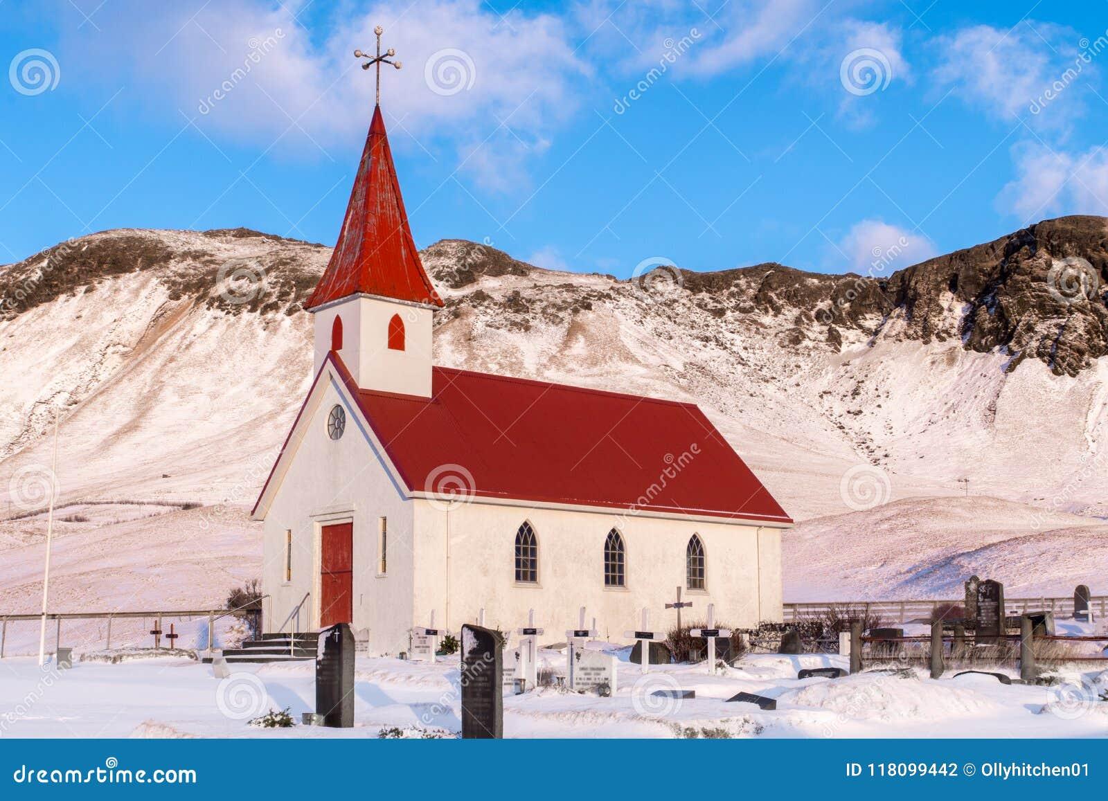 Een traditionele Ijslandse kerktribunes trots bij de voet van een sma