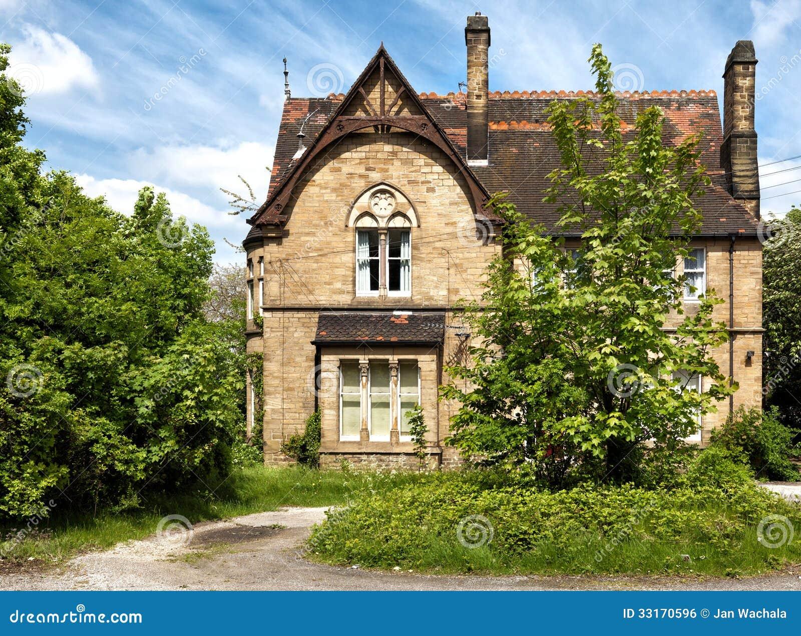 Een Typisch Engels Huis Met Tuin Stock Foto Afbeelding