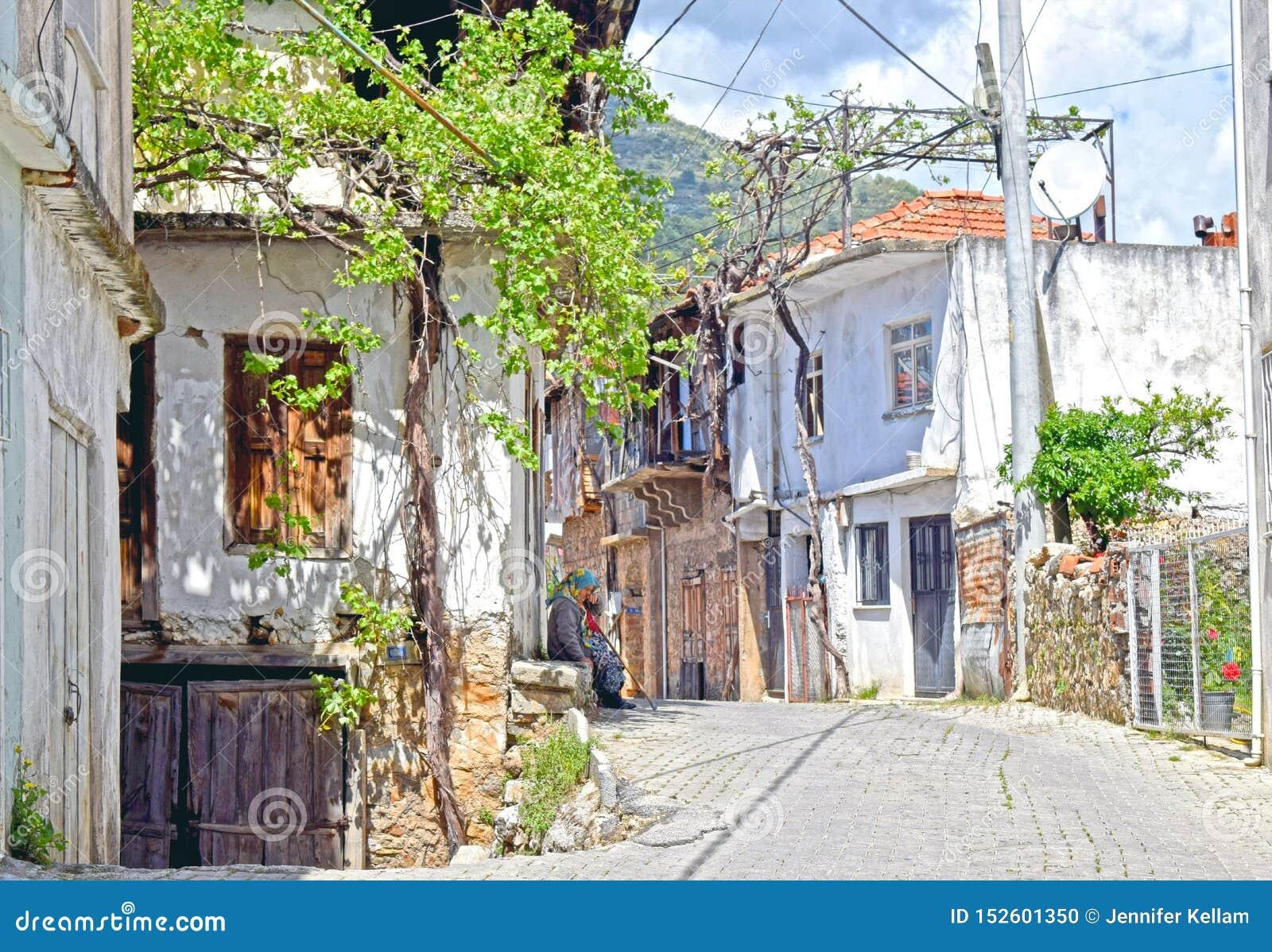 Een typisch Turks dorp met een damezitting op de deurstap