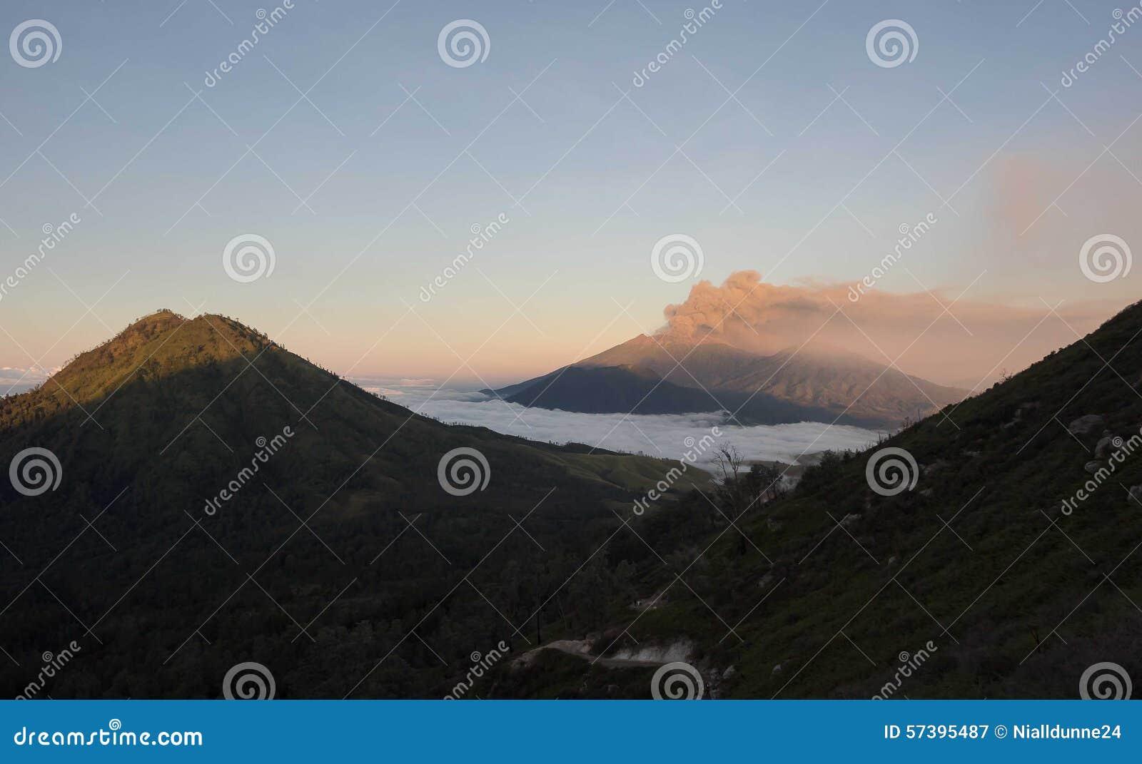 Een uitbarsting en een as betrekken op MT Raung, Java, Indonesië