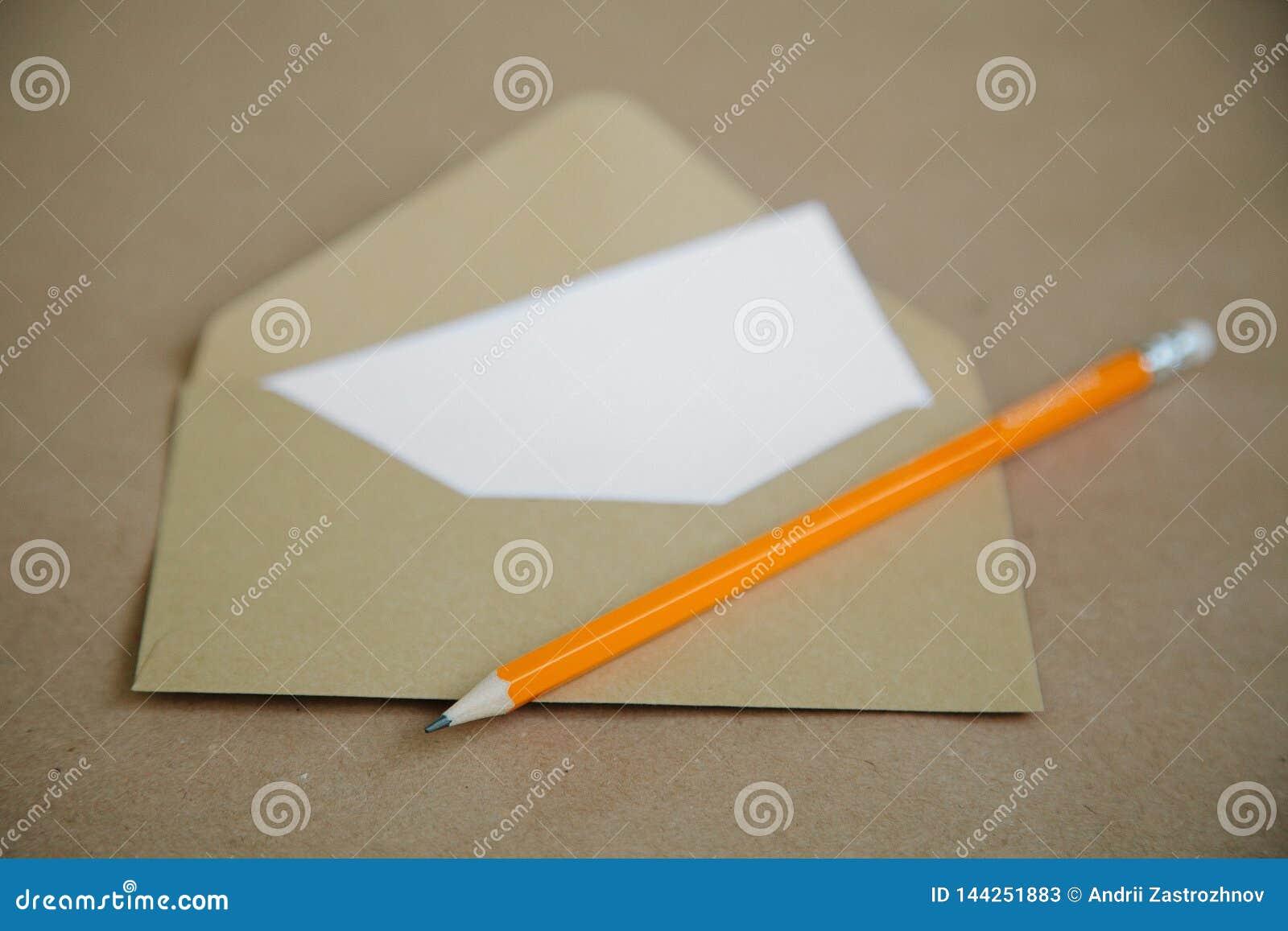 Een uitstekende bruine lijst en een envelop met een geel potlood