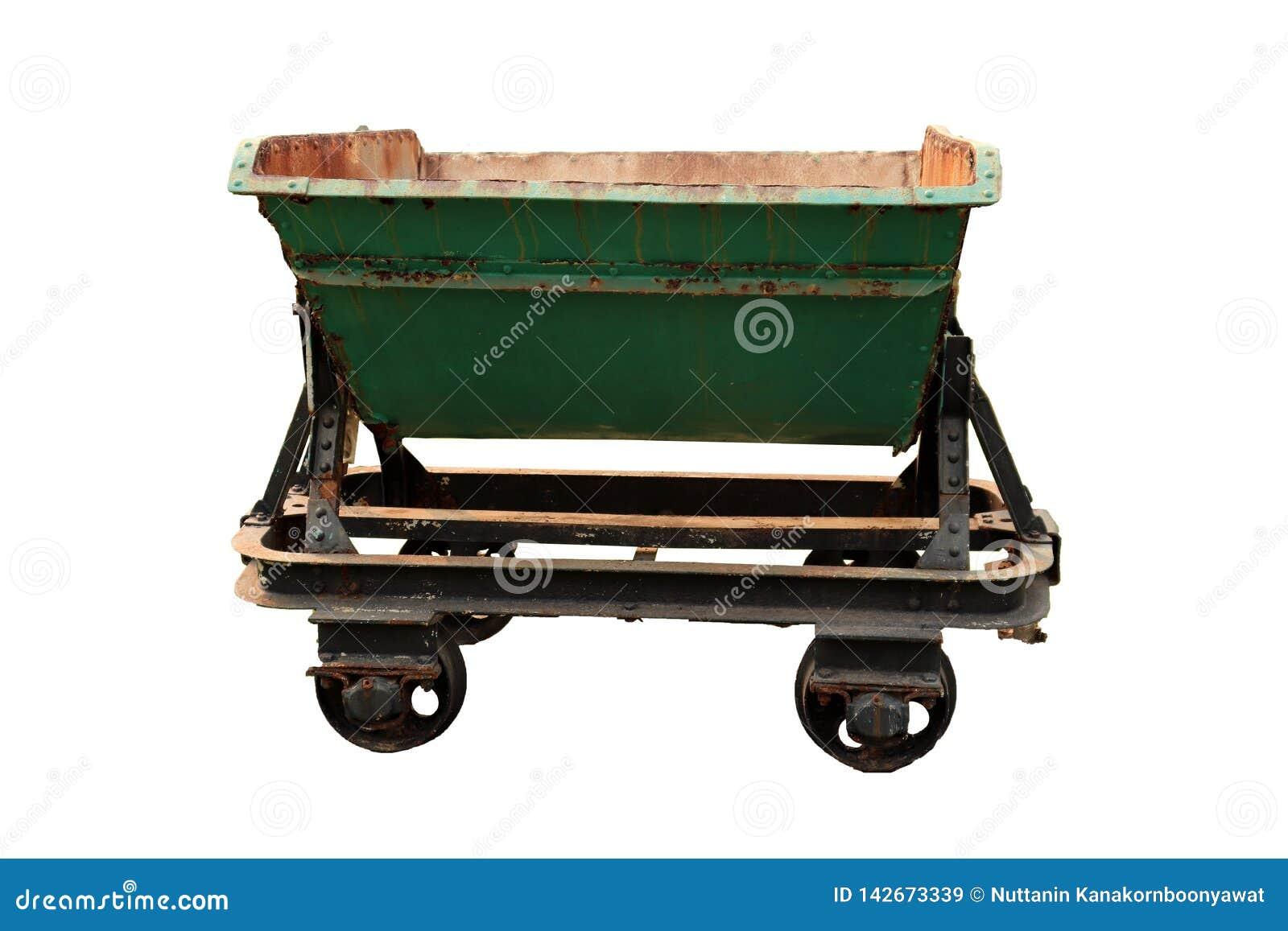 Een verlaten voertuig voor het goederenvervoer, oud mijnbouwvervoer dat op witte achtergrond wordt geïsoleerd