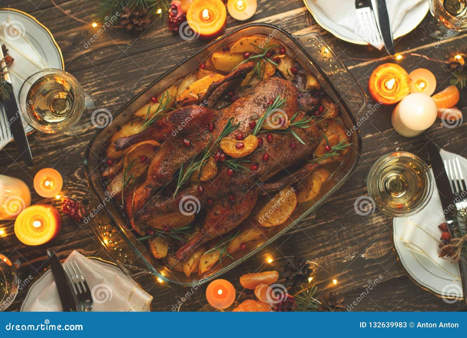 Een viering van de traditionele Thanksgiving dayviering Vlak-leg diner voor de familie met geroosterde eend of kip op a