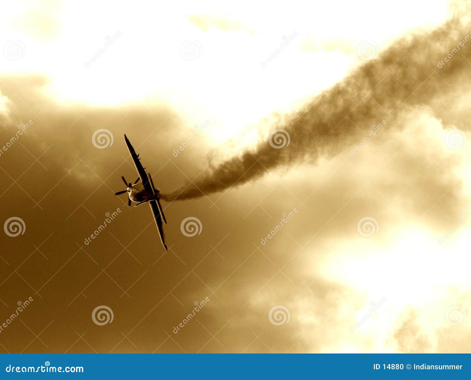 Een vliegtuig dat de rookmanier maakt