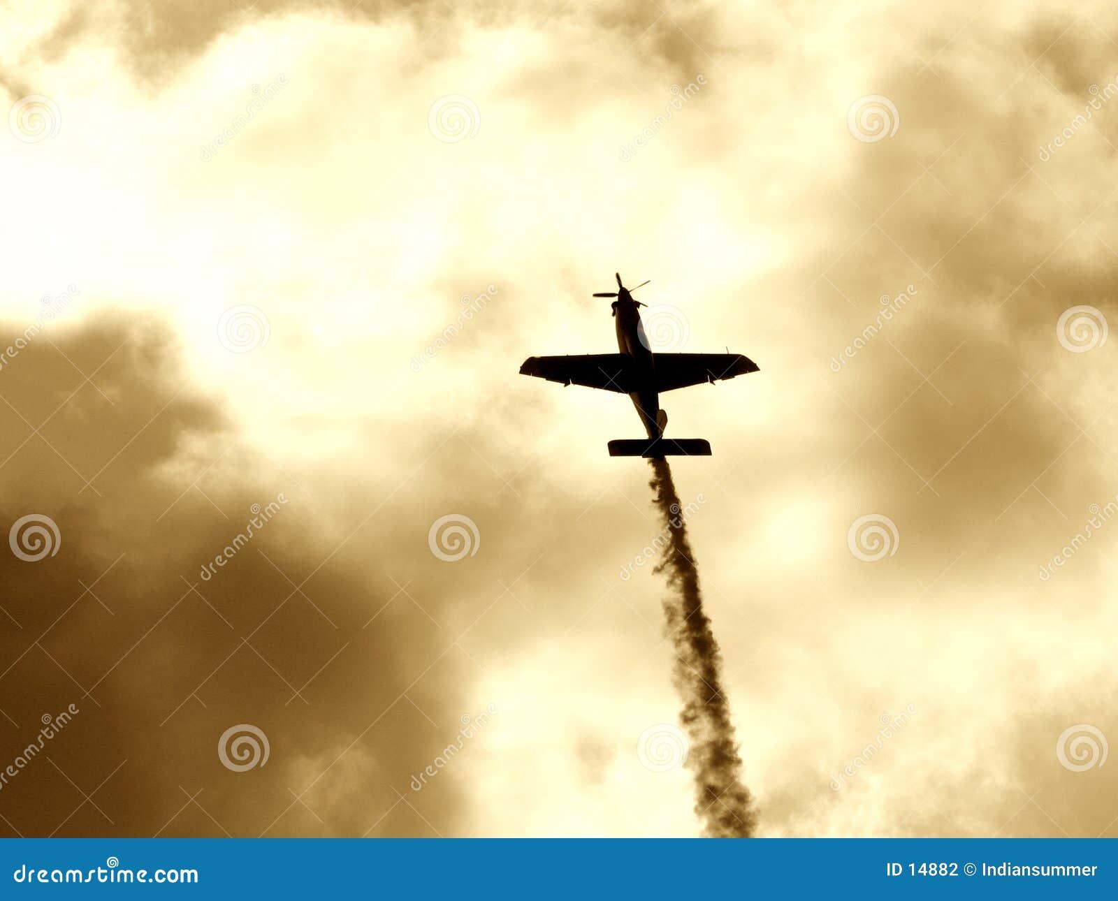 Een vliegtuig dat rookmanier II maakt
