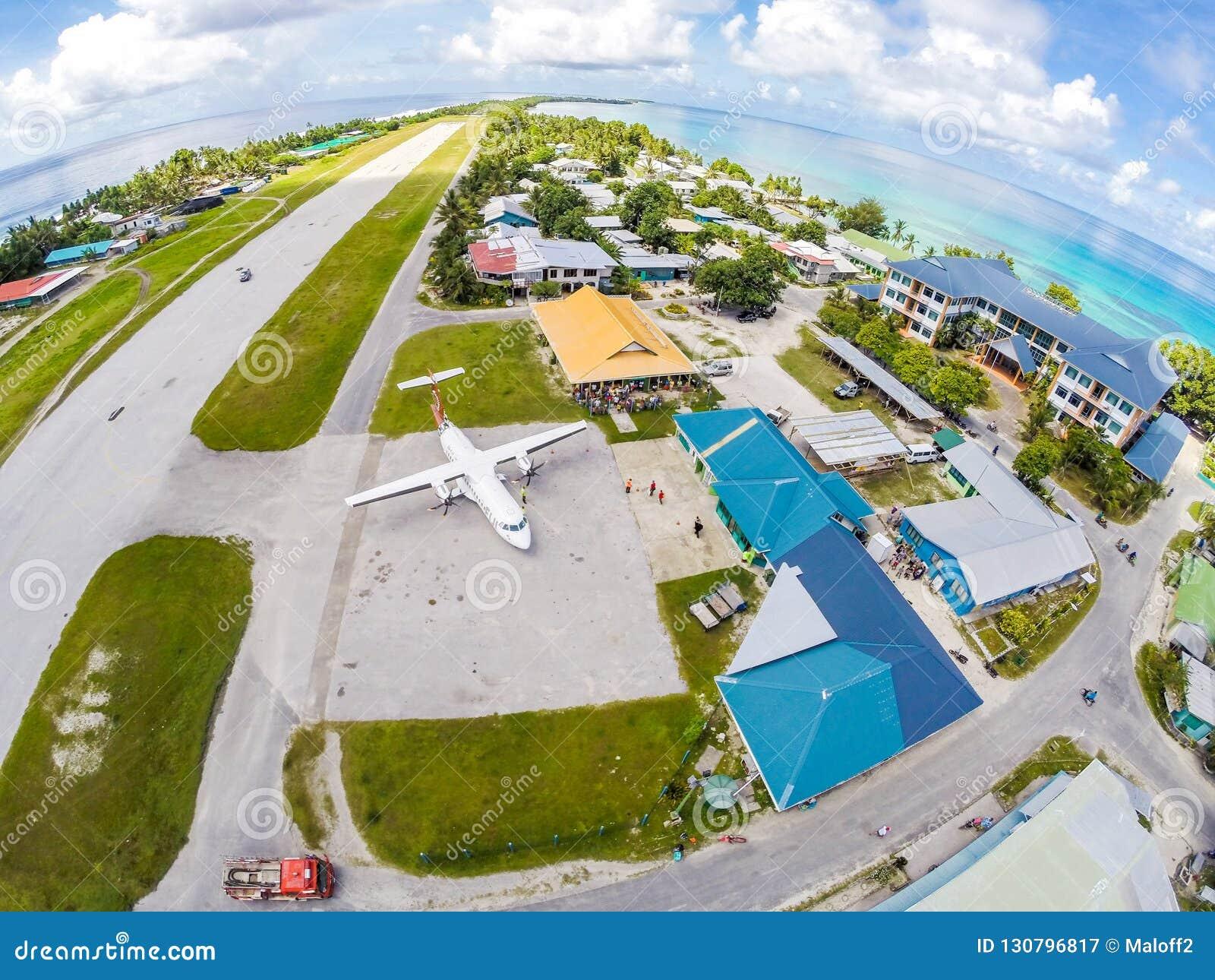 Een vliegtuig op de schort van Tuvalu internationale luchthaven, enkel a