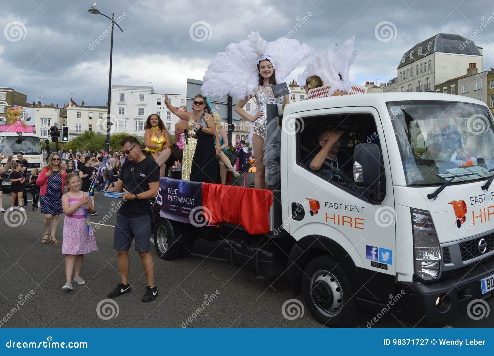 Een vlotter en gekostumeerde uitvoerders in de Parade van Margate Carnaval