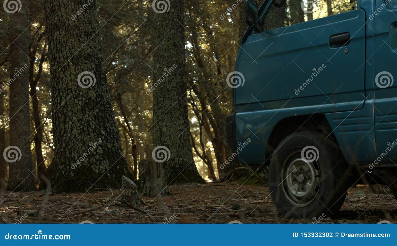 Een voertuig binnen de wildernis in de Marokkaanse Atlas