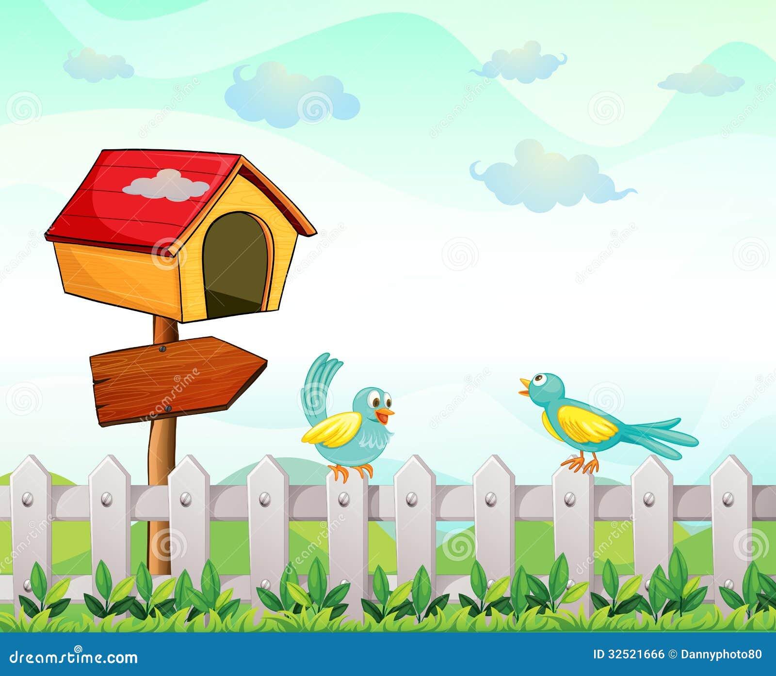 Een vogelhuis met een pijlraad en vogels boven de omheining