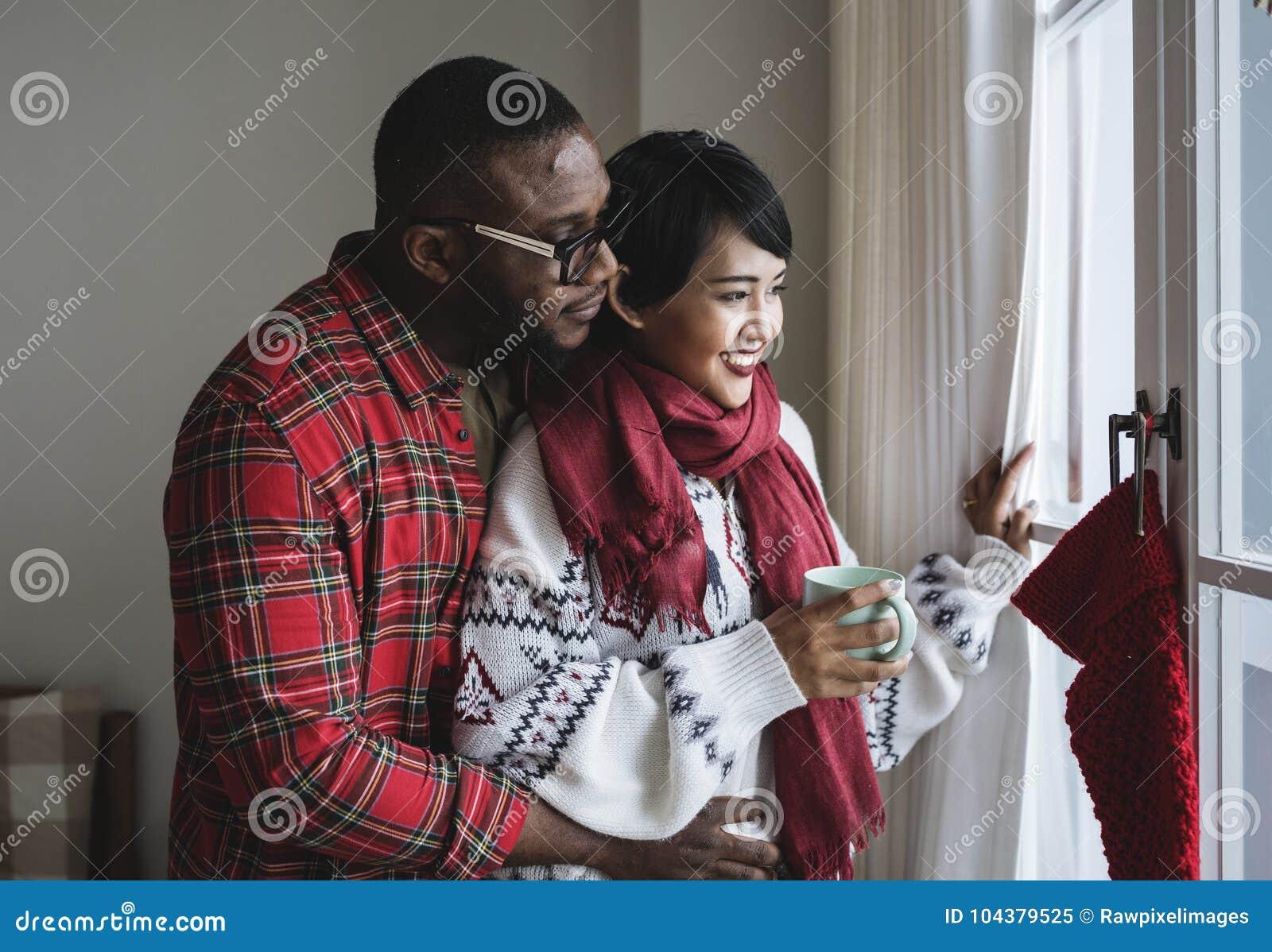 Een vrolijk paar die Kerstmis van vakantie genieten