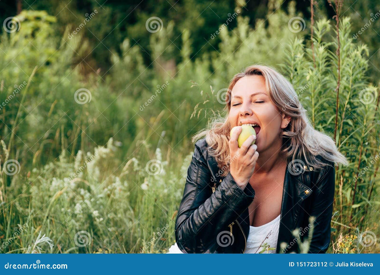 Een vrouw bijt groen Apple Gezond dieet