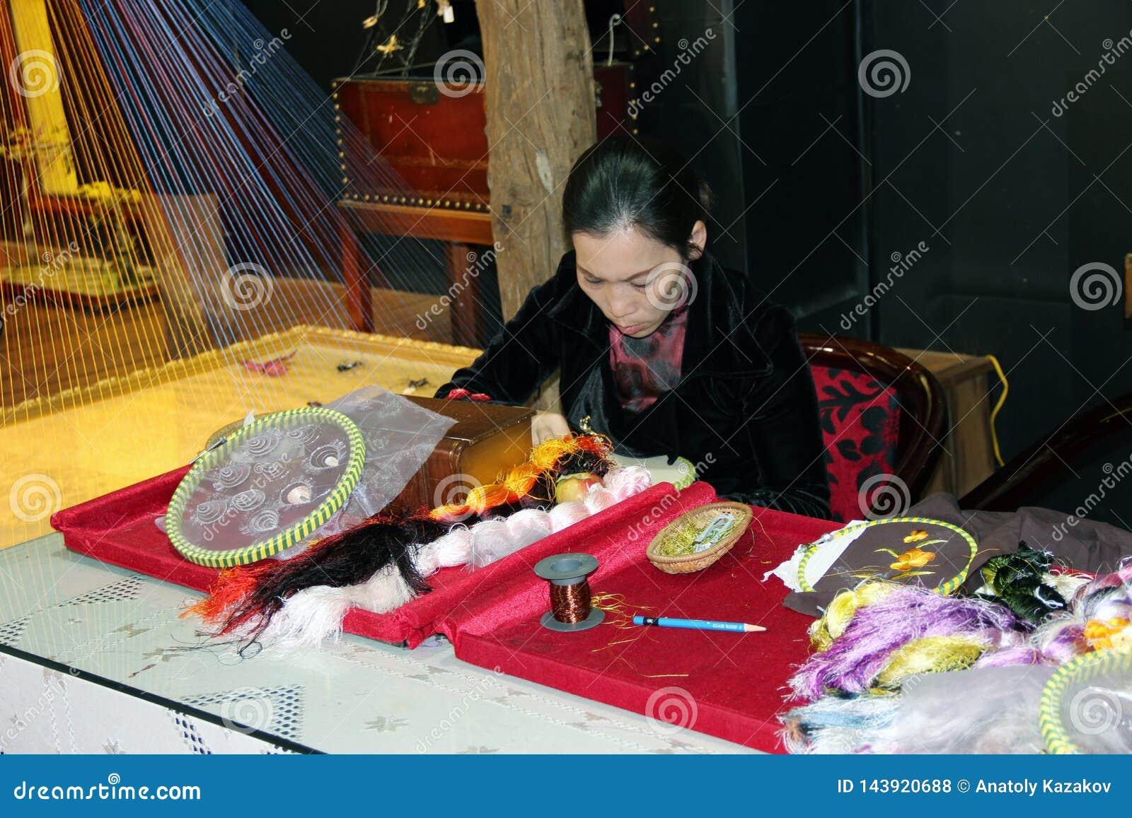 Een vrouw borduurt stof